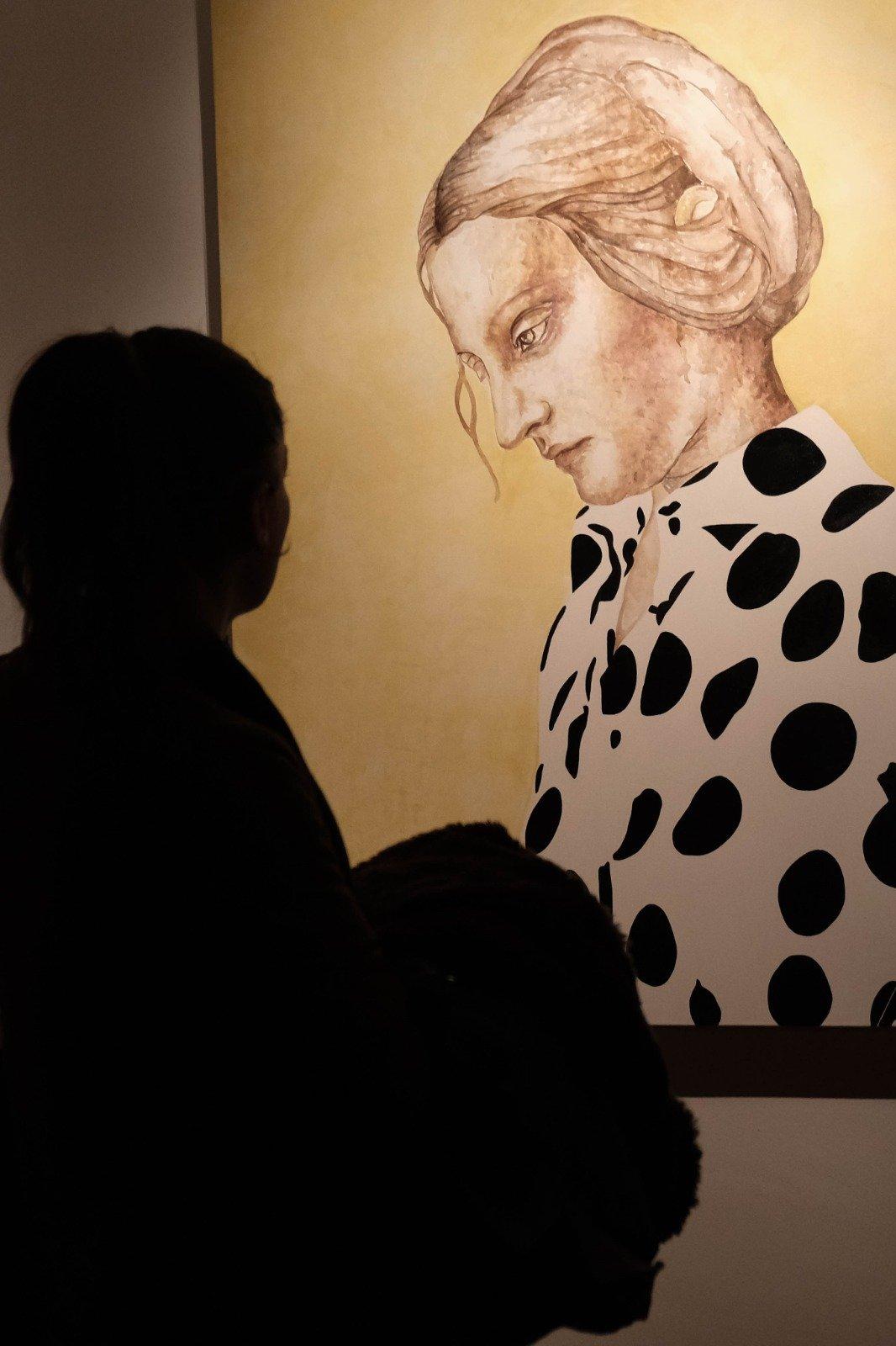Bir ziyaretçi 29 Haziran 2020, Türkiye'nin batısındaki İzmir sergisinde bir çalışmayı inceliyor. (AA FOTO)
