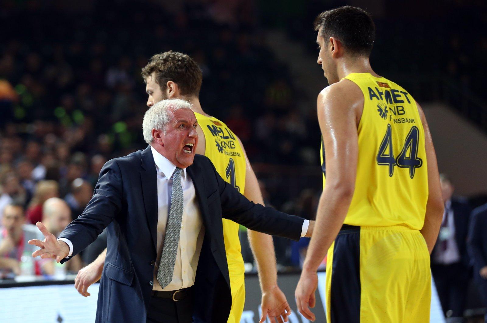 Zeljko Obradovic instructs a Fenerbahçe Beko player with his famous emotionally charged coaching style, Istanbul, Turkey, Feb. 14, 2019. (AA Photo)