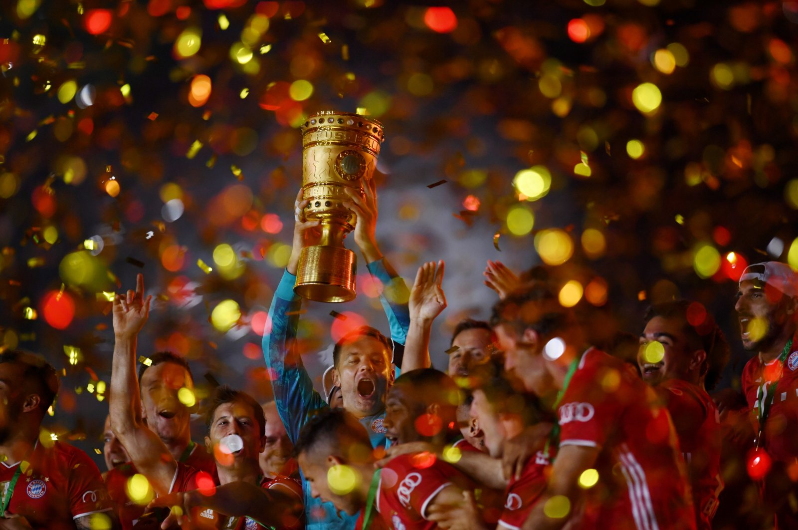 Bayern Munich's Manuel Neuer celebrates with the trophy after winning the Cup, in Berlin, Germany, July 4, 2020. (REUTERS Photo)