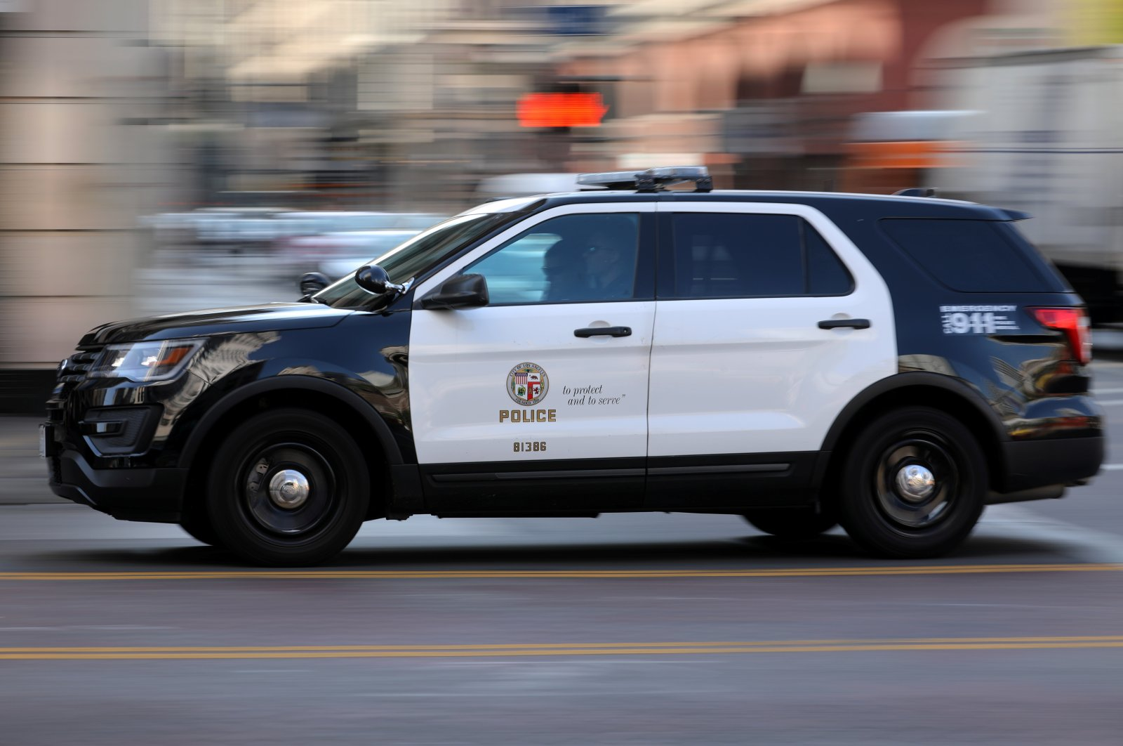 A Los Angeles Police Department cruiser with lights and sirens going speeds down on a city street in Los Angeles, California, U.S., Aug. 10, 2017. (Reuters Photo)