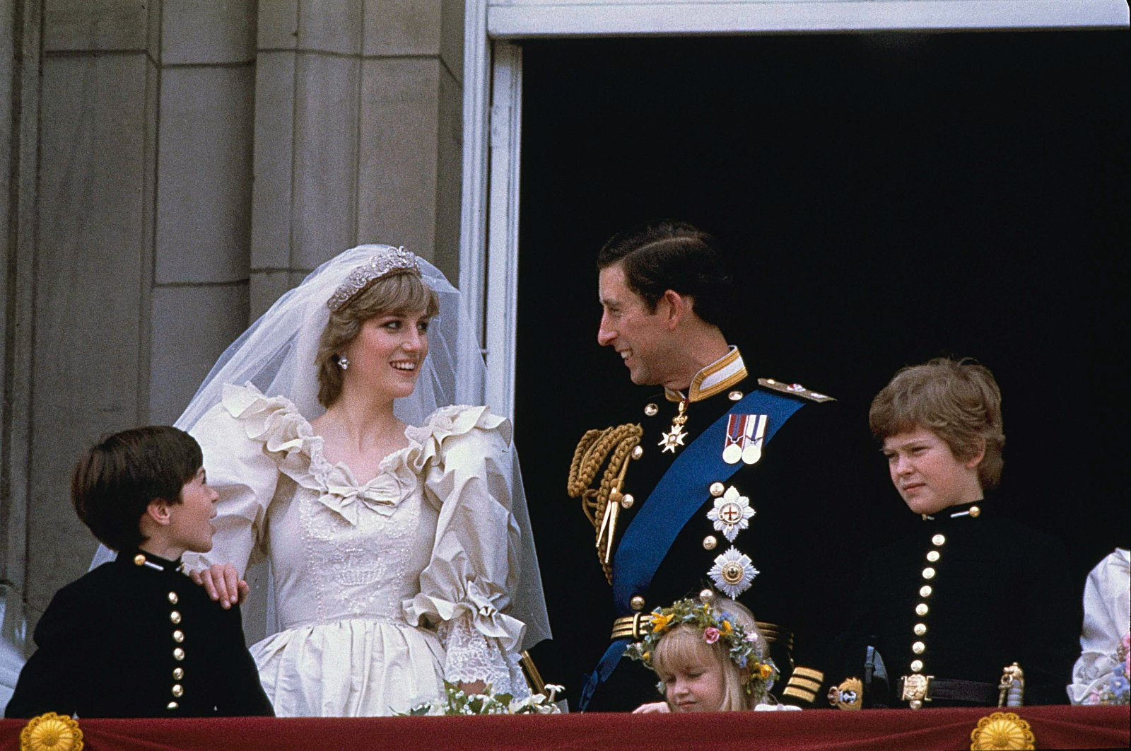 Prince Charles (R) and his bride Diana, Princess of Wales, are shown on their wedding day on the balcony of Buckingham Palace in London, July 29, 1981. ( AP Photo)