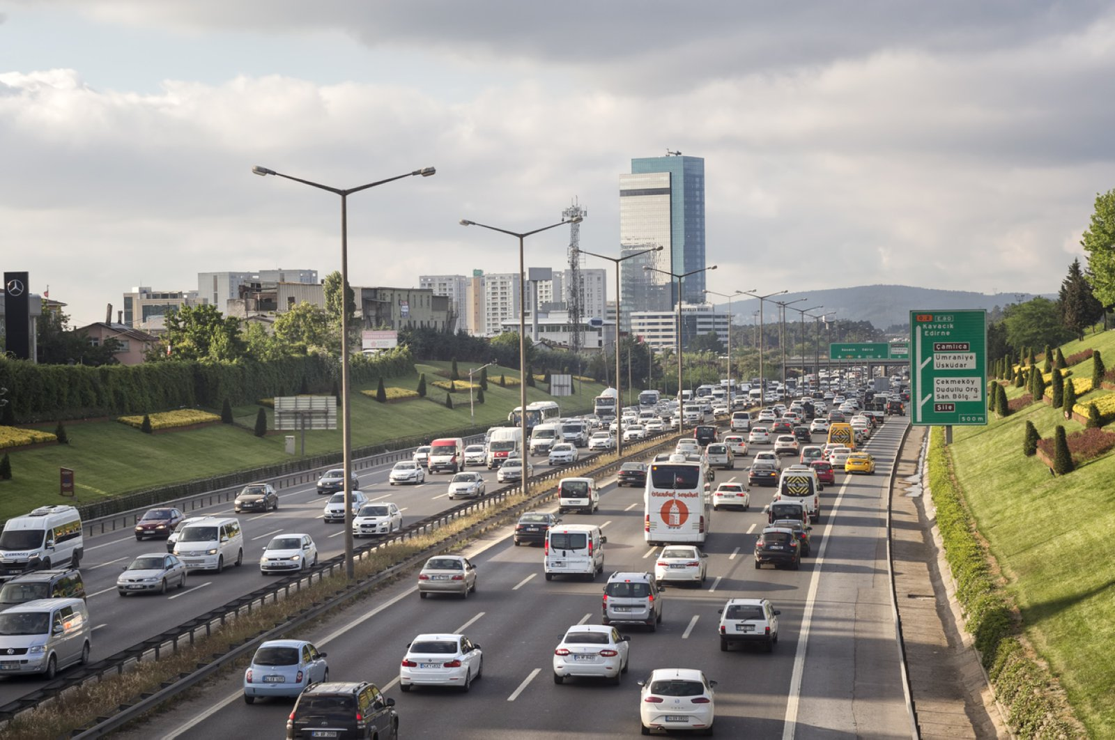 Traffic flows on a highway in Tepeüstü, a neighborhood of Istanbul's Ümraniye district, Turkey, May 15, 2017. (iStock Photo)