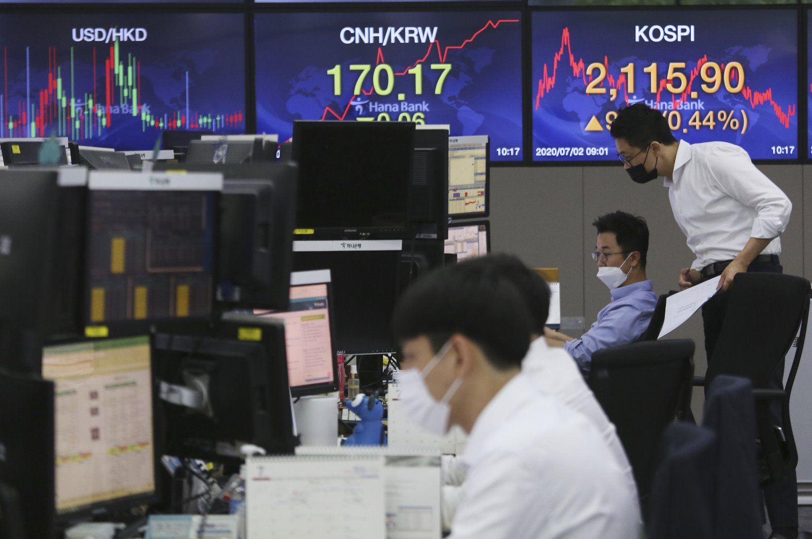 Currency traders watch monitors at the foreign exchange dealing room of the KEB Hana Bank headquarters in Seoul, South Korea, July 2, 2020. (AP Photo)