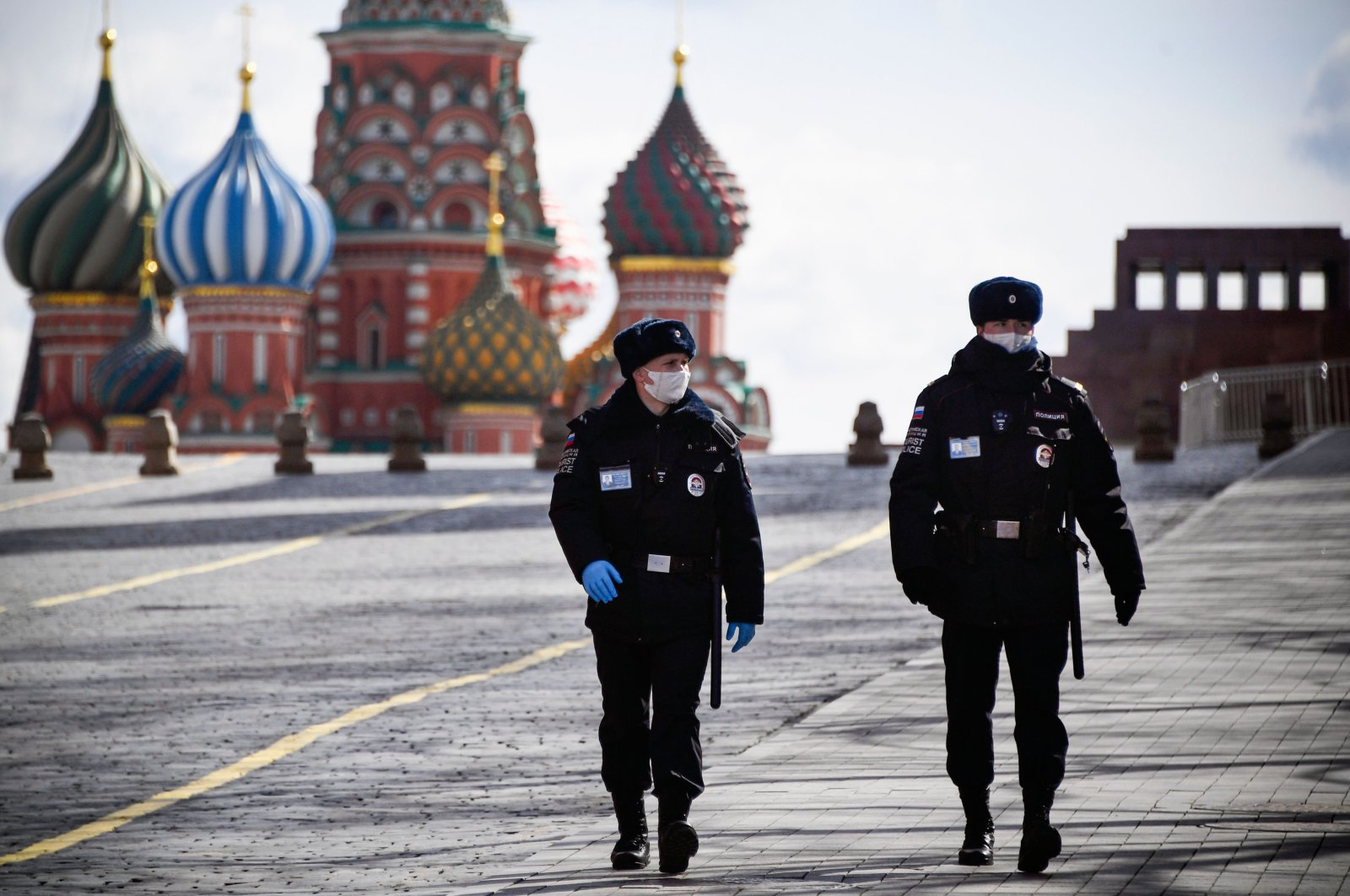 Police officers patrol deserted Red Square in Moscow on April 6, 2020, amid the spread of the COVID-19. (AFP Photo)