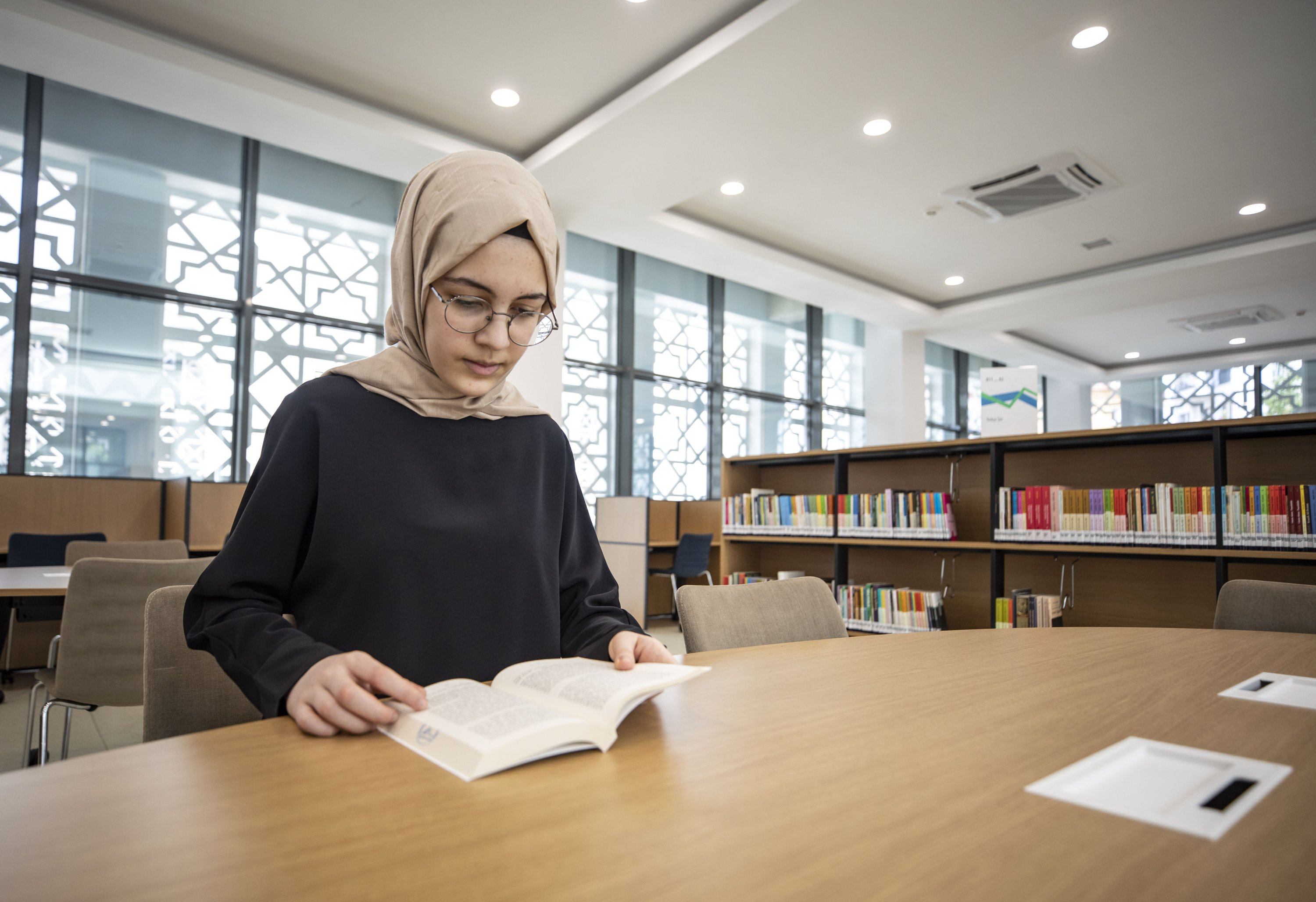 15-year-old Turkish girl speaks 5 foreign languages thumbnail