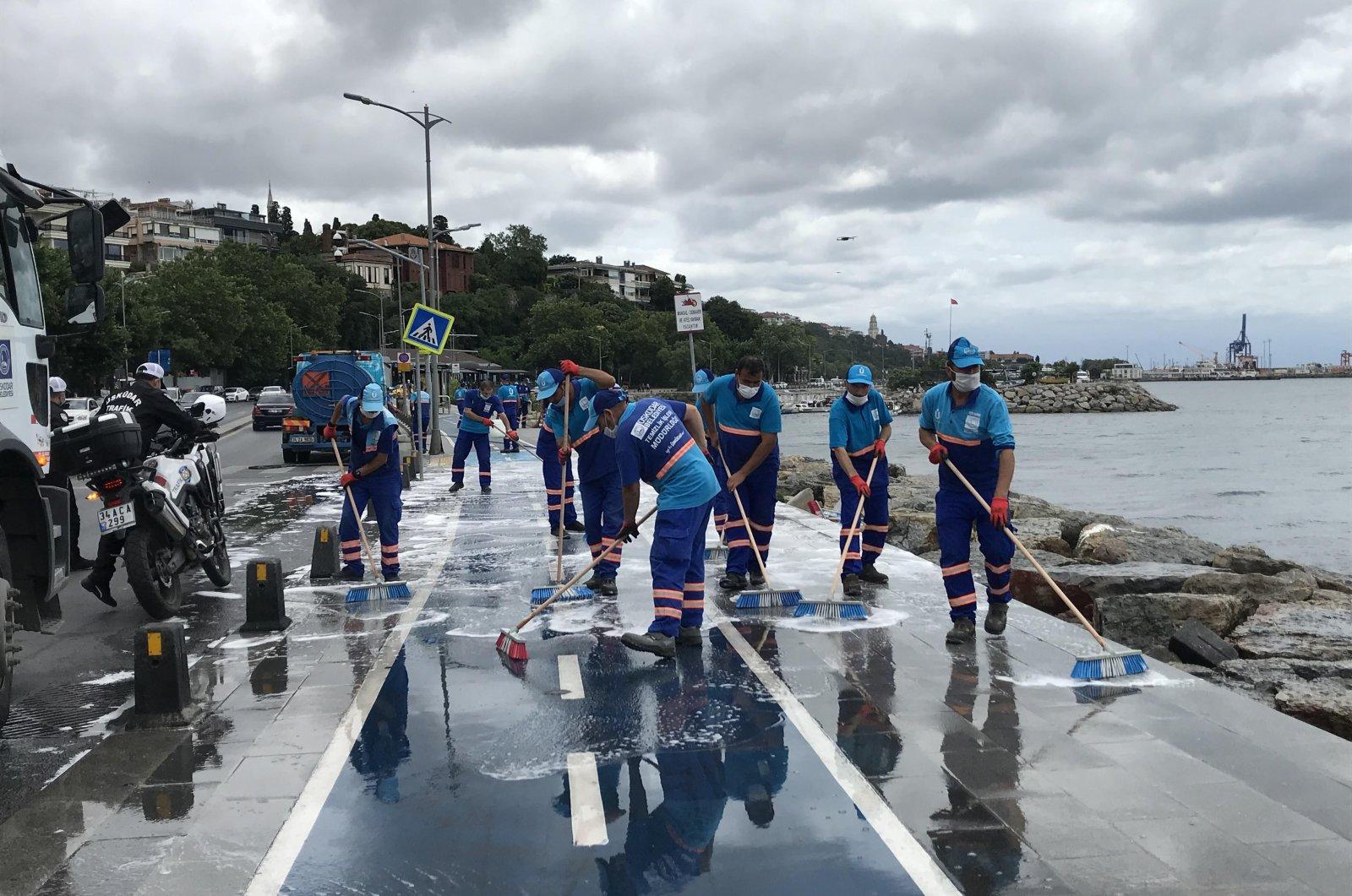 Municipality crews clean up the coast in the Üsküdar district of Istanbul, Turkey, July 8, 2020. (İHA Photo)