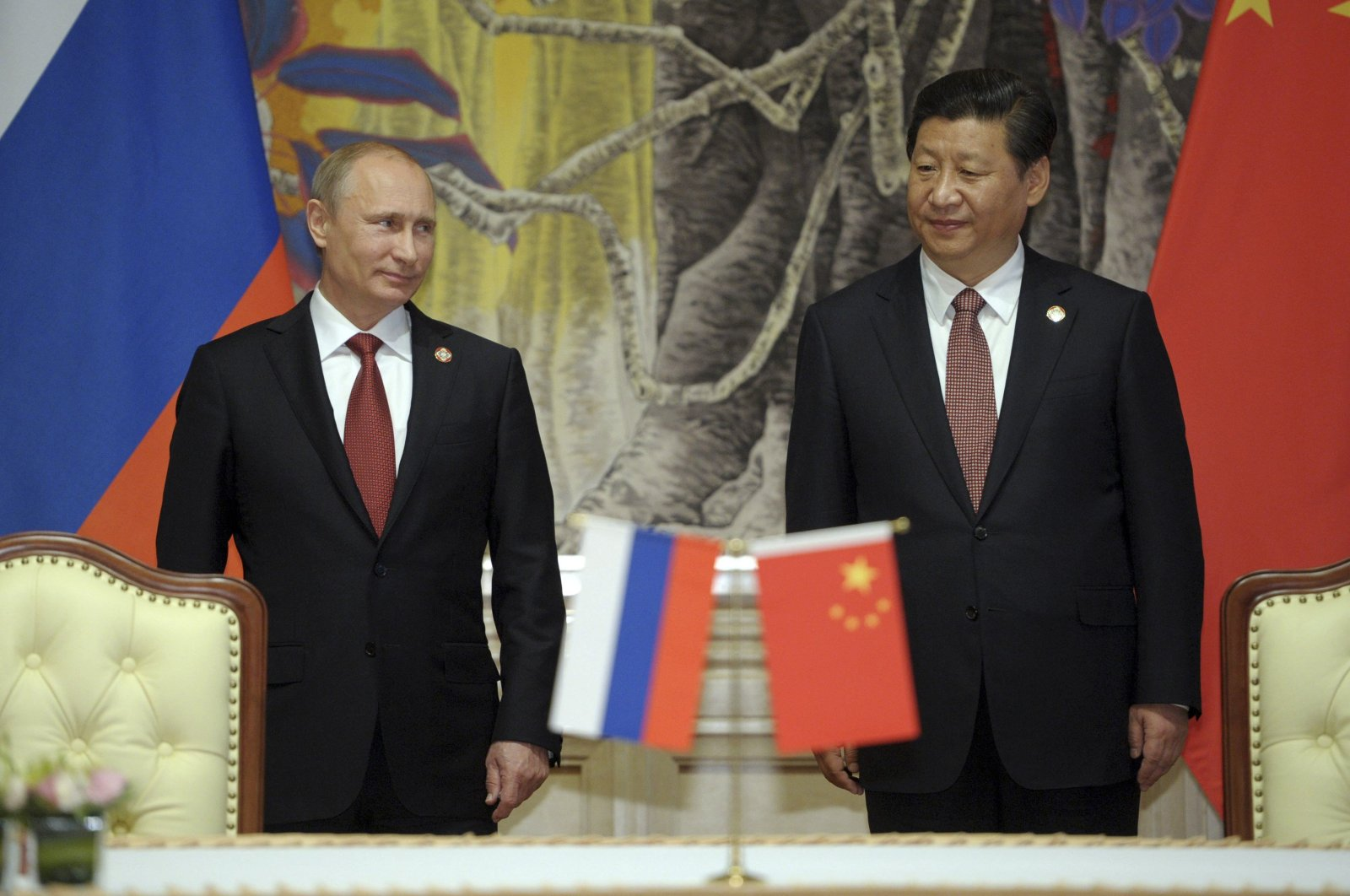 Russia's President Vladimir Putin (L) and China's President Xi Jinping attend a signing ceremony in Shanghai, May 21, 2014. (REUTERS Photo)