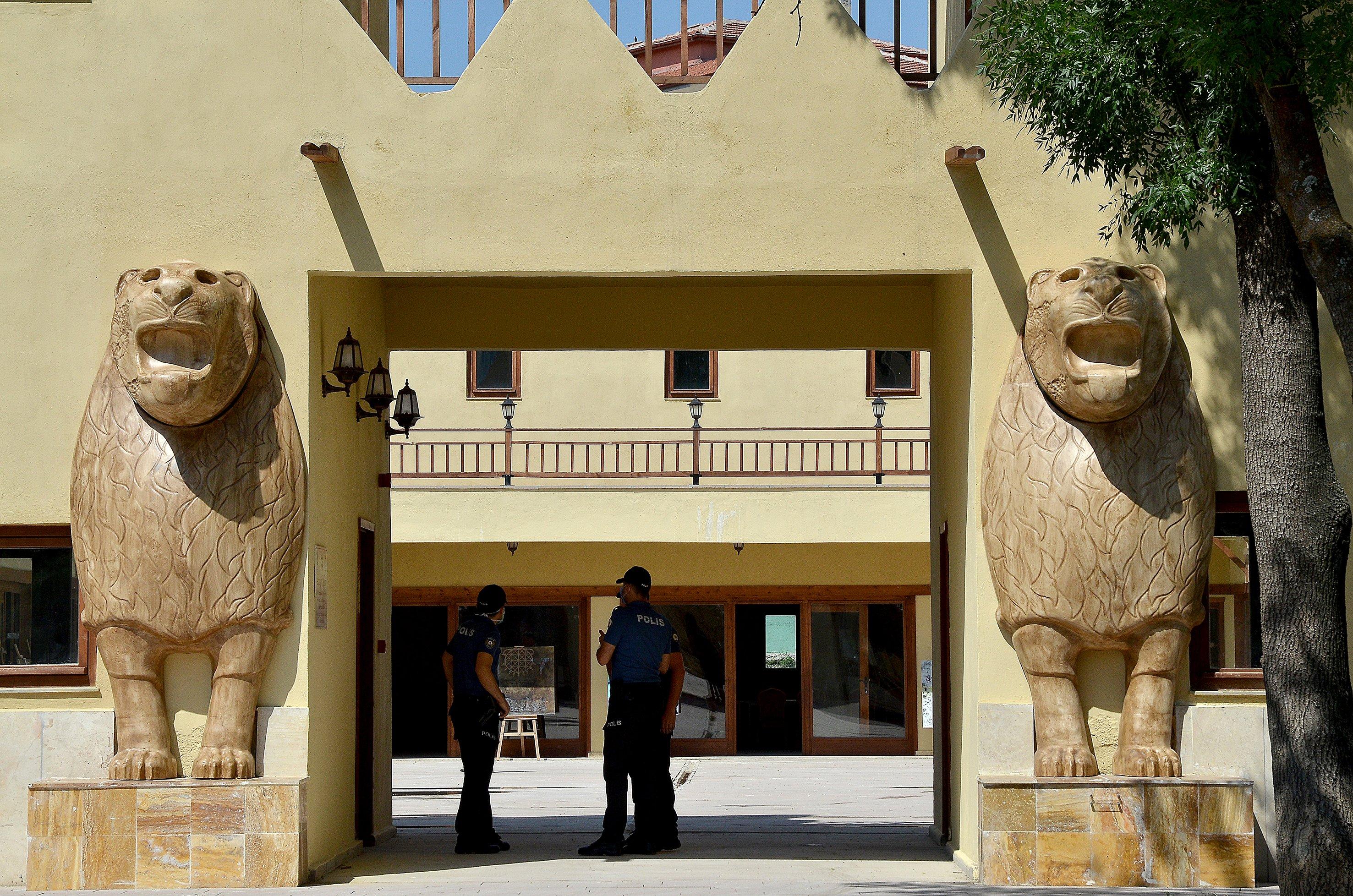La porte d'entrée du village hittite ornée de statues de lion des deux côtés est visible sur cette photo fournie le 8 juillet 2020. (PHOTO AA)