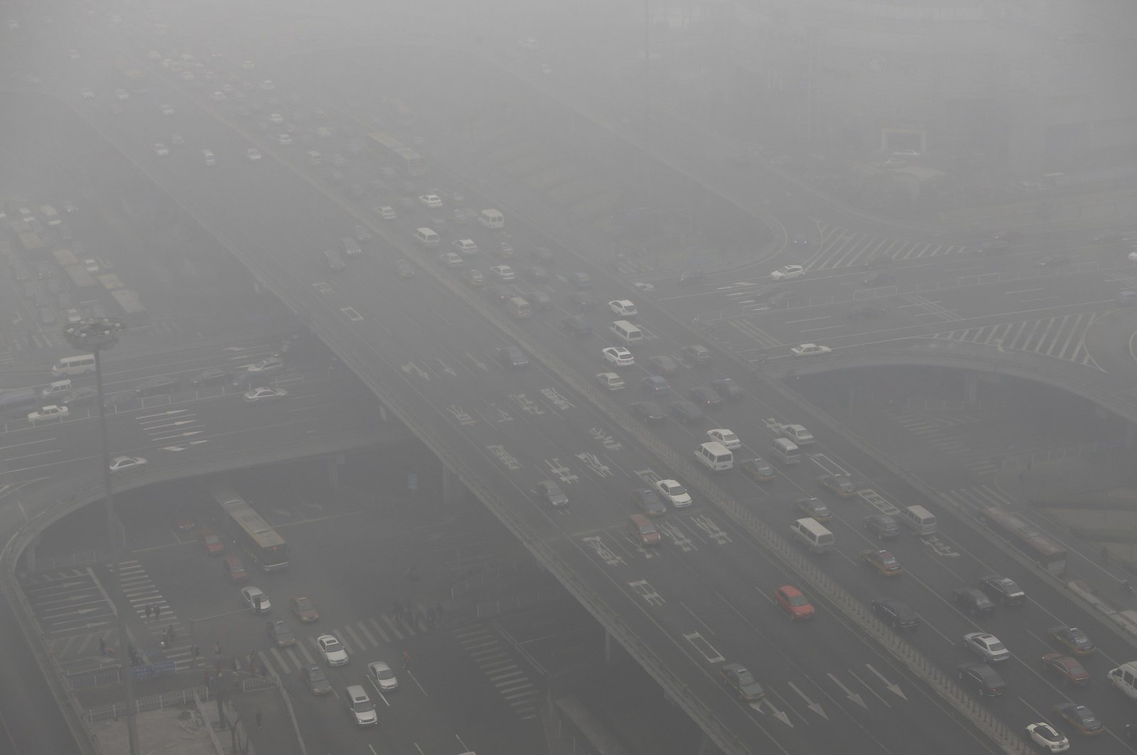 Vehicles across the Guomao Bridge on a hazy day in Beijing's central business district, China, Jan. 29, 2013. (Reuters Photo)