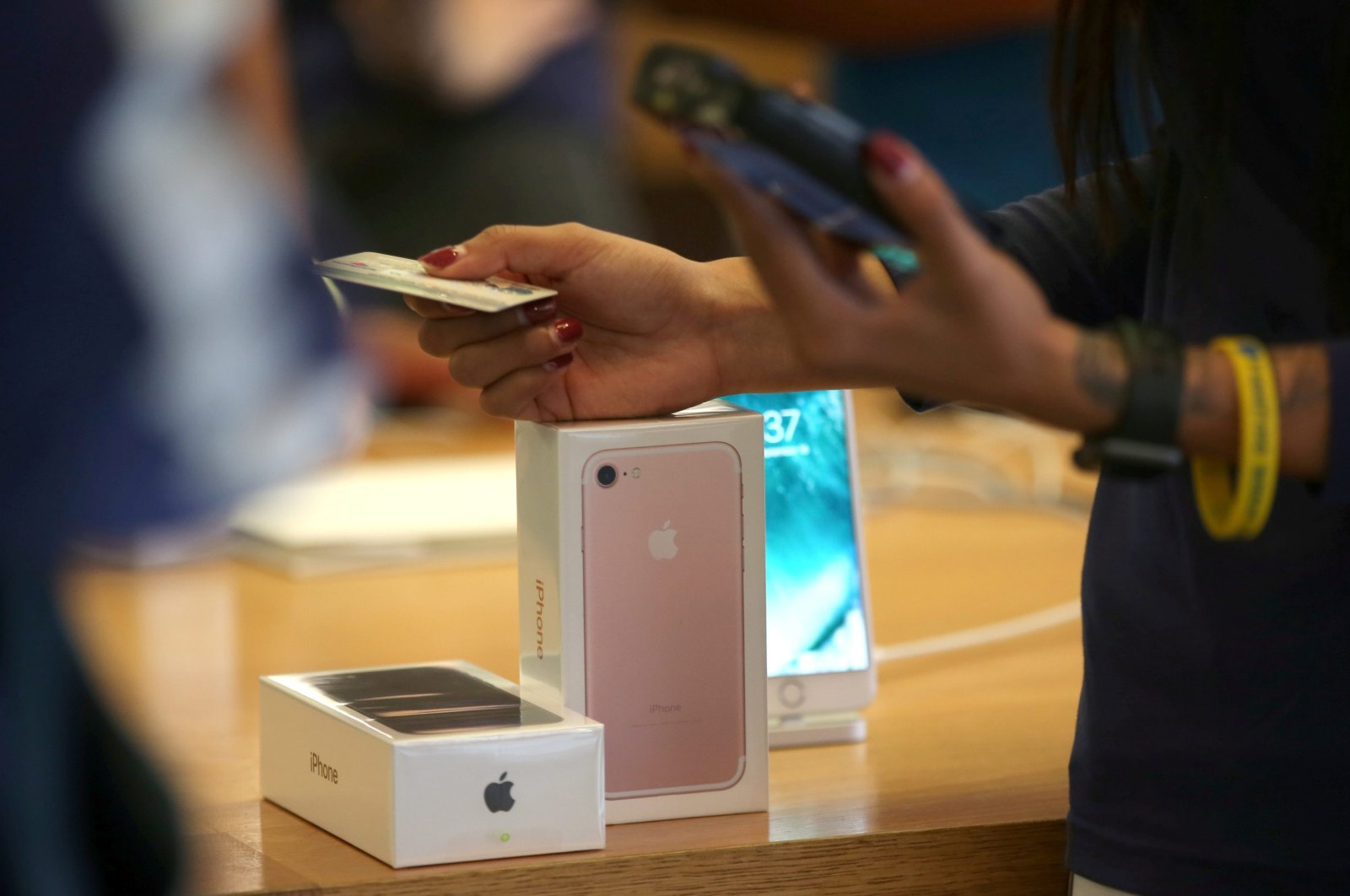 A customer buys the new iPhone 7 smartphone inside an Apple Inc. store in Los Angeles, California, U.S., Sept. 16, 2016. (Reuters Photo)