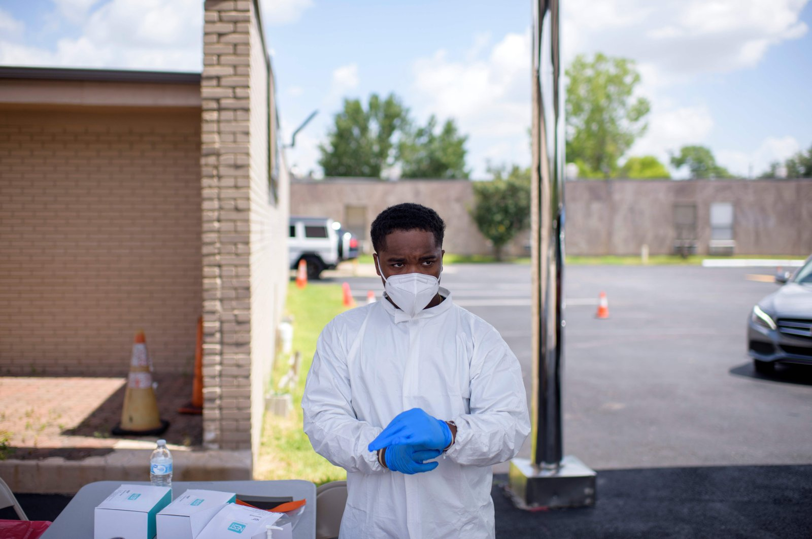 A healthcare worker puts on additional personal protective equipment at a COVID-19 testing site at United Memorial Medical Center in Houston, Texas, on July 9, 2020. (AFP Photo)