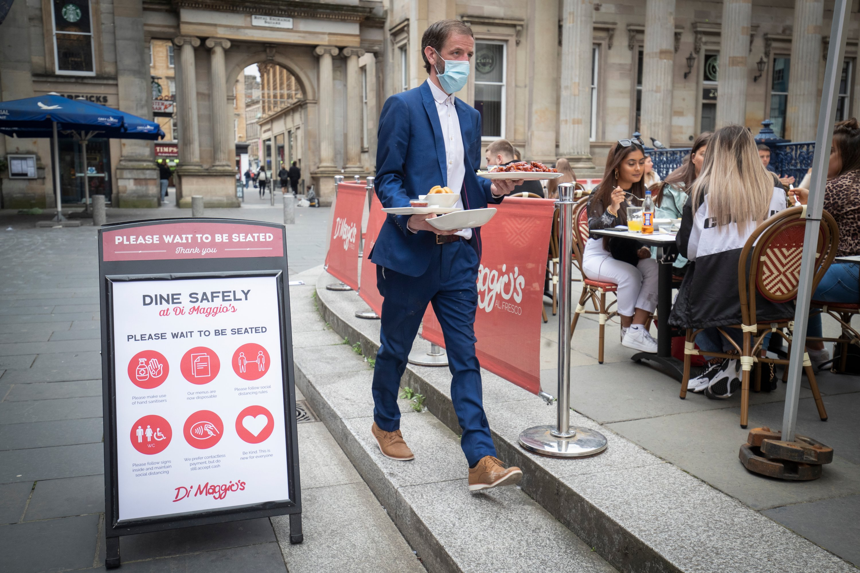 Les repas sont servis dans la rue au restaurant en plein air de Di Maggio dans le centre-ville de Glasgow avec la levée progressive des restrictions pour faciliter le verrouillage, le 6 juillet 2020. (PA via Reuters)