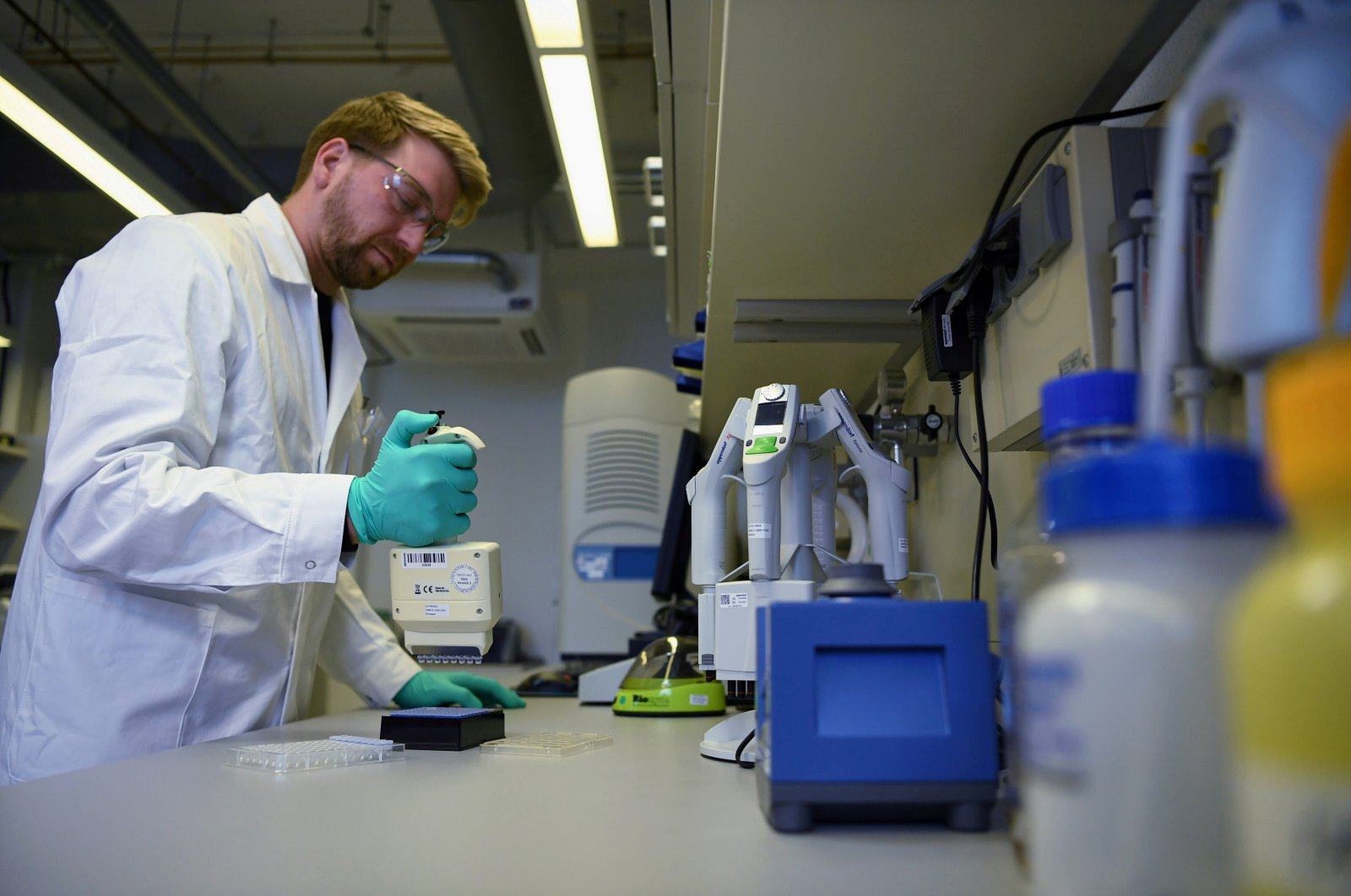 An employee of German biopharmaceutical company CureVac, demonstrates research workflow on a vaccine for the coronavirus (COVID-19) disease at a laboratory in Tuebingen, Germany, March 12, 2020. (Reuters Photo)