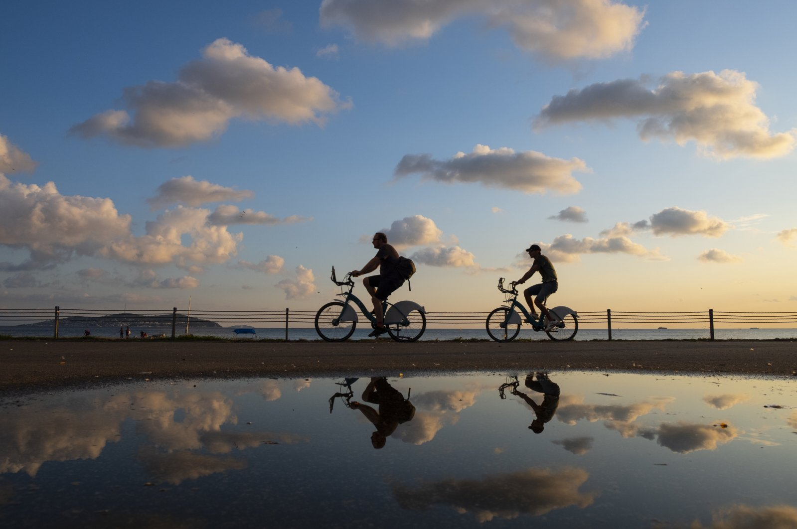 The silhouette of a pair of cyclists is seen at sunset in Bostancı on Istanbul's Anatolian side, July 23, 2019. (iStock Photo)