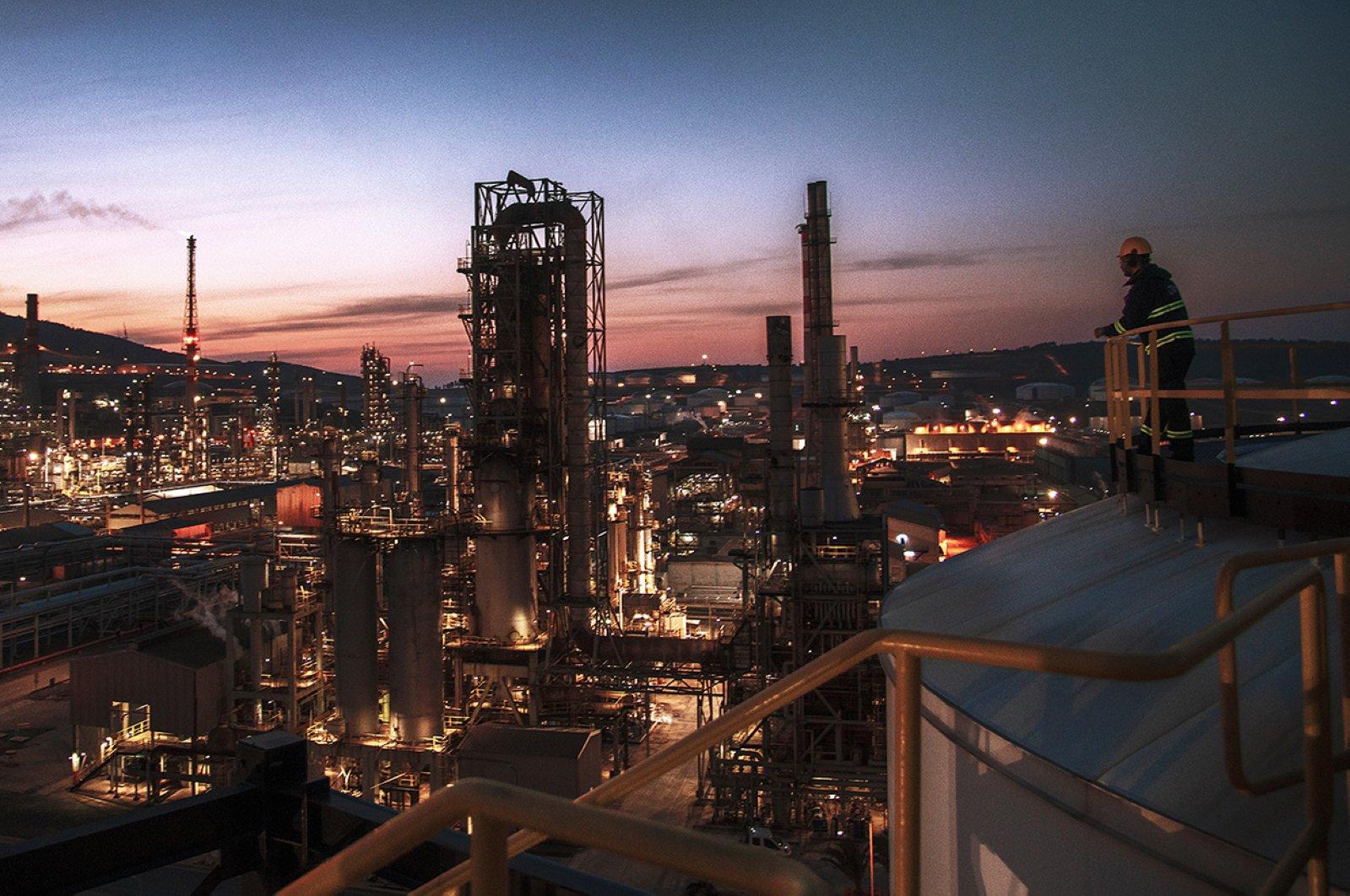 A worker is seen at Tüpraş's oil refinery in western Turkey's Izmir. (Photo courtesy of Tüpraş)