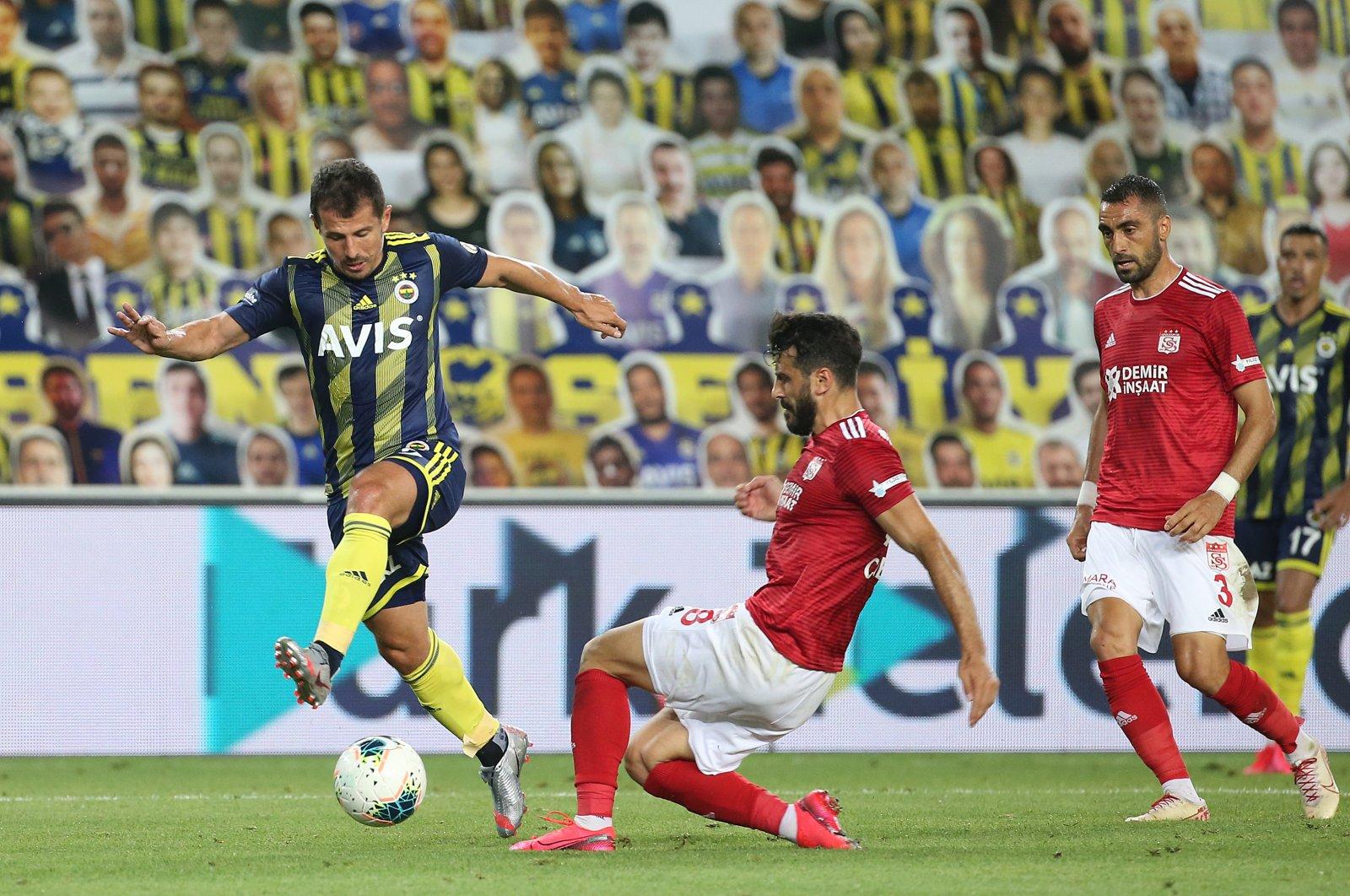 Fenerbahçe's Emre Belözoğlu in action against Sivasspor's Caner Osmanpaşa, in Istanbul, Turkey, July 12, 2020. (AA Photo)