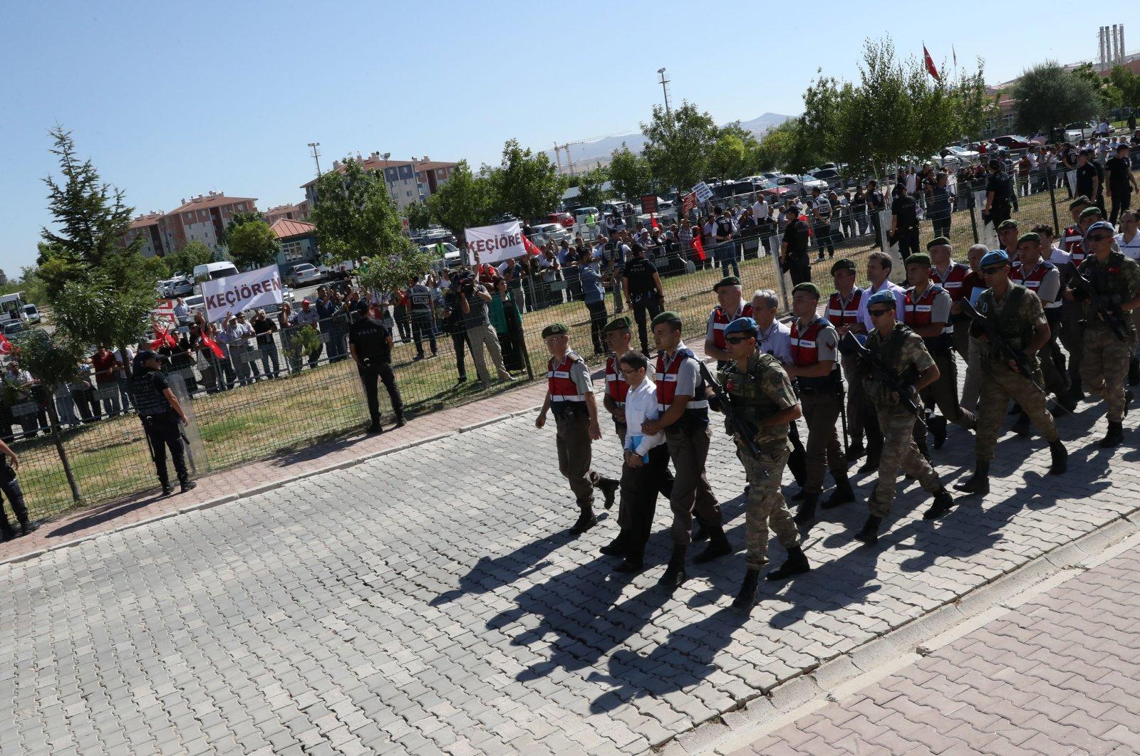 Soldiers accompany defendants to the courthouse for the Akıncı trial, in Ankara, Turkey, Aug. 1, 2017. (PHOTO BY ALİ EKEYILMAZ)