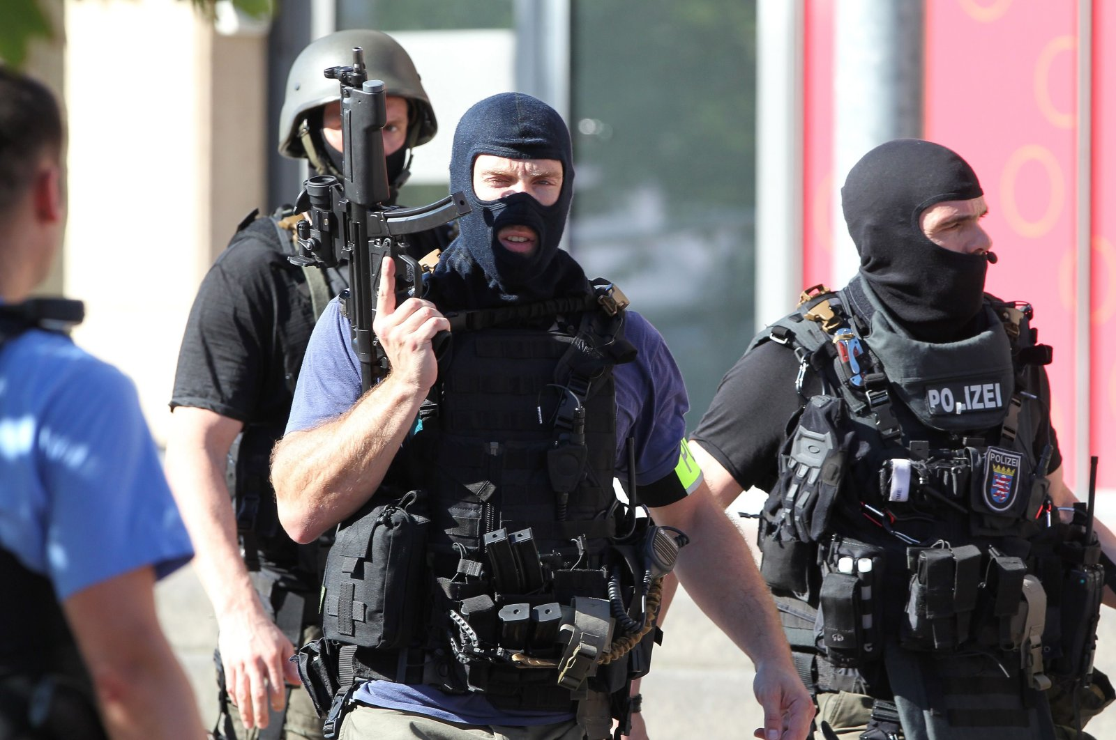 Policemen stand near a cinema where an armed man barricaded himself in Viernheim, southern Germany, June 23, 2016. (AFP Photo)
