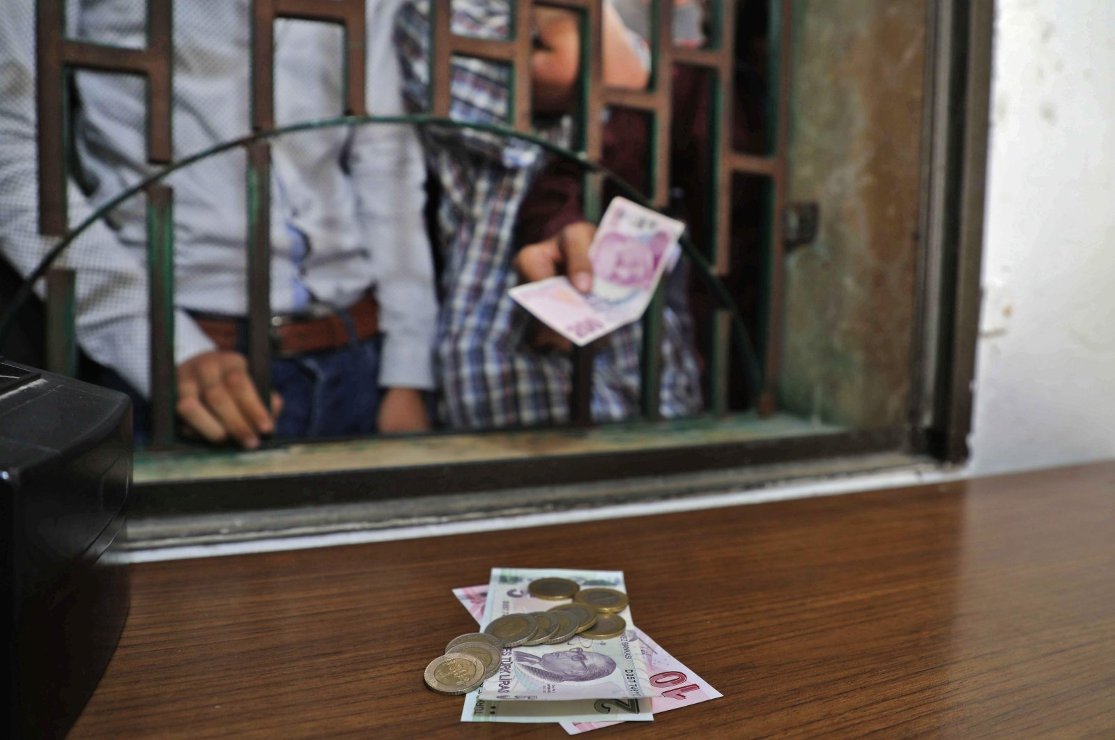 Syrians receive Turkish liras at a currency exchange shop in the town of Sarmada in Syria's northwestern Idlib province, June 15, 2020. (AFP Photo)