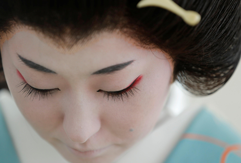 艺妓Koiku准备在2020年6月23日日本东京的冠状病毒爆发期间在一家顾客在豪华餐厅举行的聚会上工作。(路透社照片)