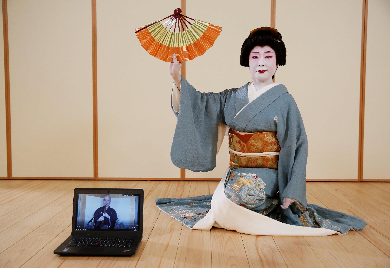 2020年6月29日,在日本东京的一家摄影棚里,一位久塔迈舞者Tokijyo Hanasaki在一次练习中拍摄了一张笔记本电脑后面的照片,该电影旨在在冠状病毒爆发期间支持艺术家。(路透社照片)