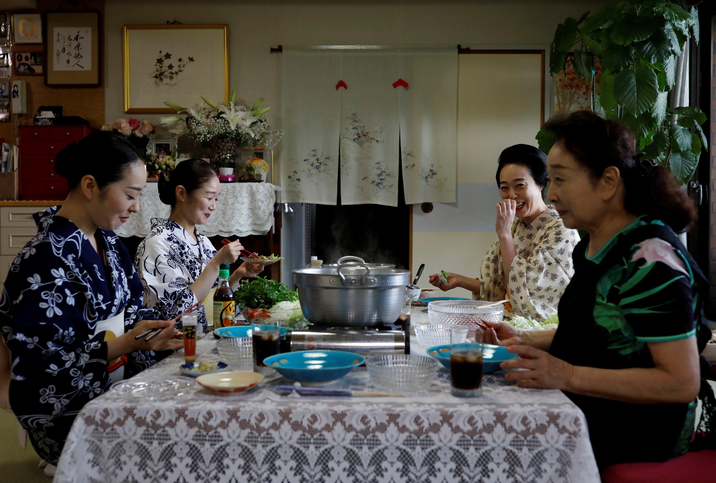 艺ish的Koiku,Mayu,Maki和Ikuko一起共进午餐,2020年7月11日,日本东京。(路透社照片)