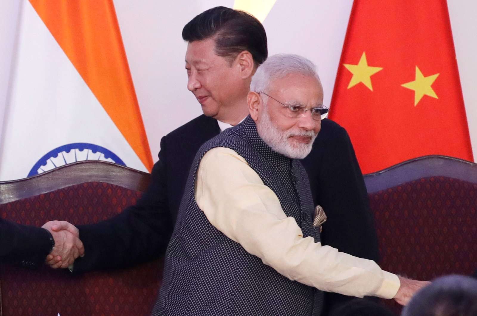 Chinese President Xi Jinping (L) and Indian Prime Minister Narendra Modi shake hands with leaders at the BRICS (Brazil, Russia, India, China and South Africa) summit, Goa, India, Oct. 16, 2016. (AP Photo)