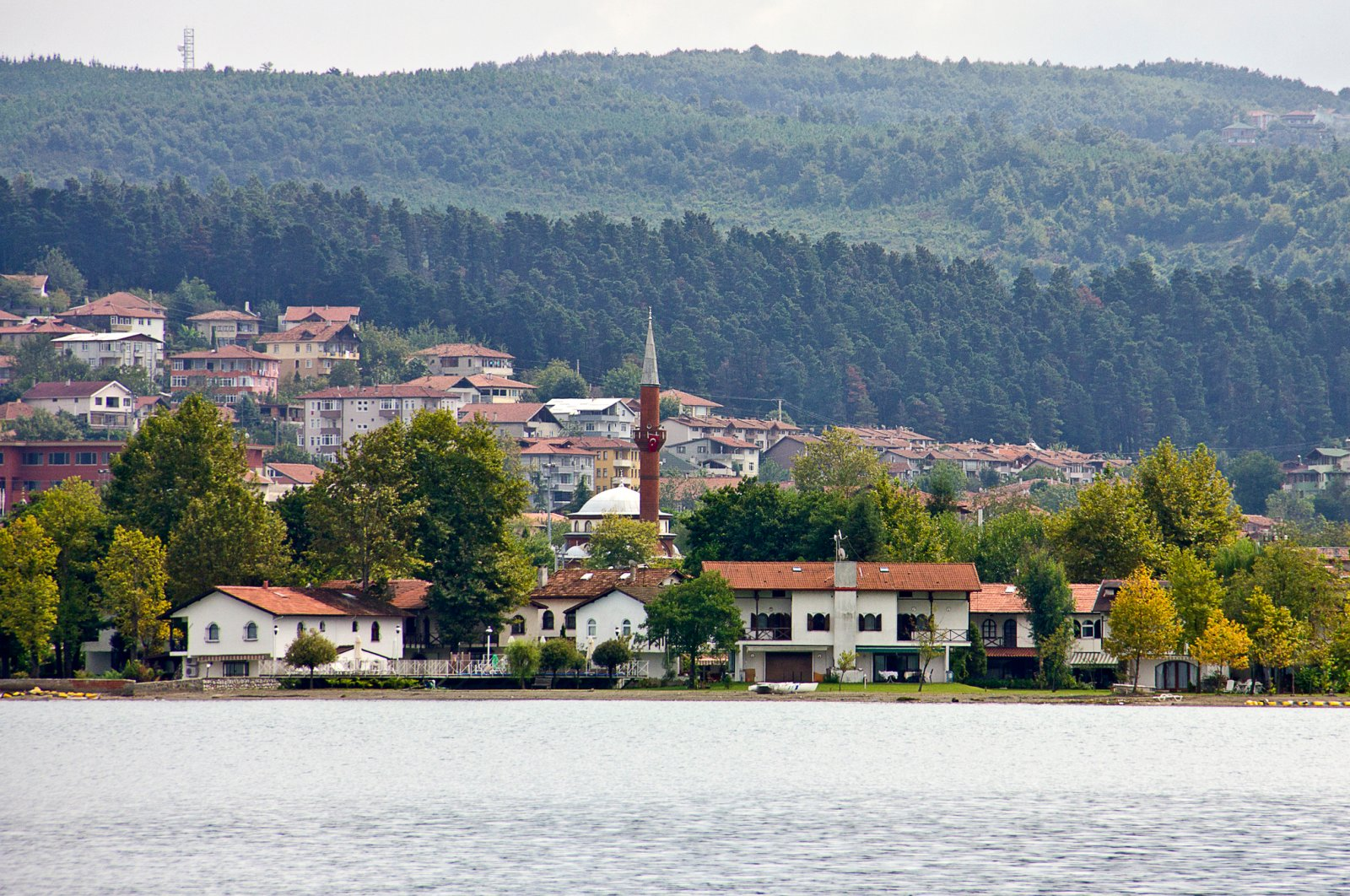 The city of Sapanca and Harmanlık Mosque (C) seen from across Sapanca Lake, Sakarya, Turkey. (iStock Photo)