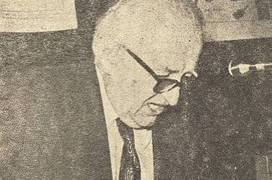 An undated photo showing Ömer Lütfi Barkan at one of his classes.