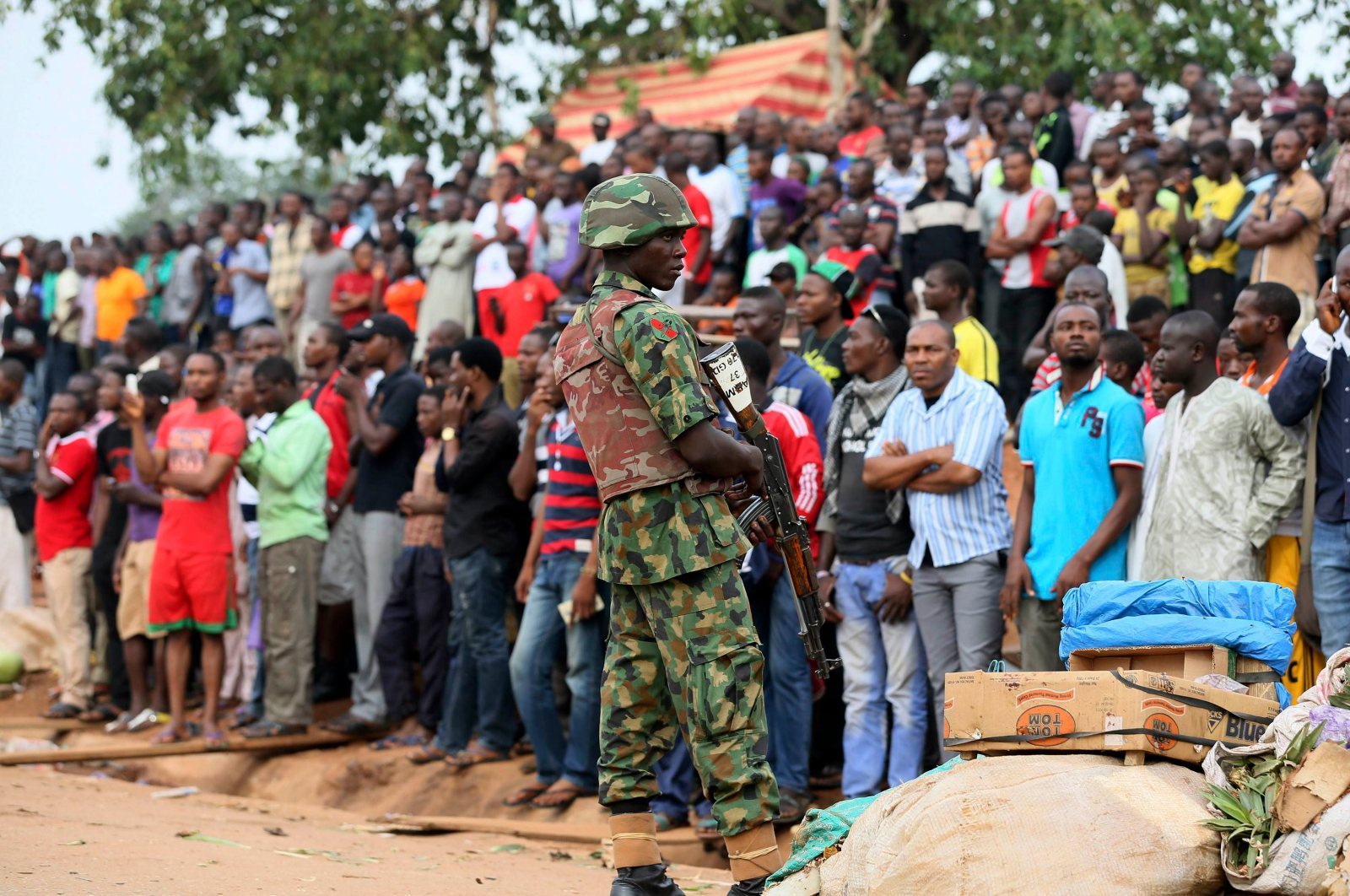 A Nigerian soldier stands guard as the crowd looks on at the scene of an attack in Nyanya, Abuja, May 2, 2014. (Reuters Photo)
