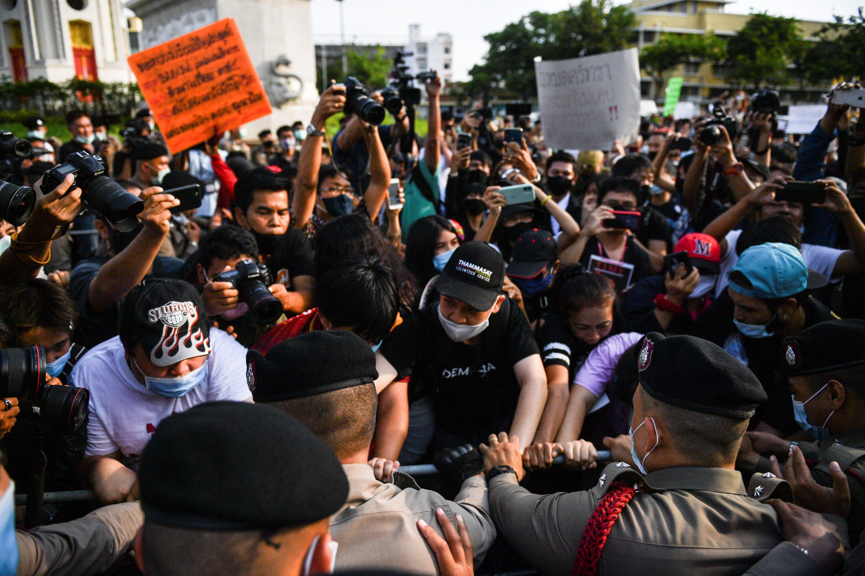 Khaskhabar/Protest:थाईलैंड में लोकतंत्र के लिए सड़कों पर उतरे लाखों