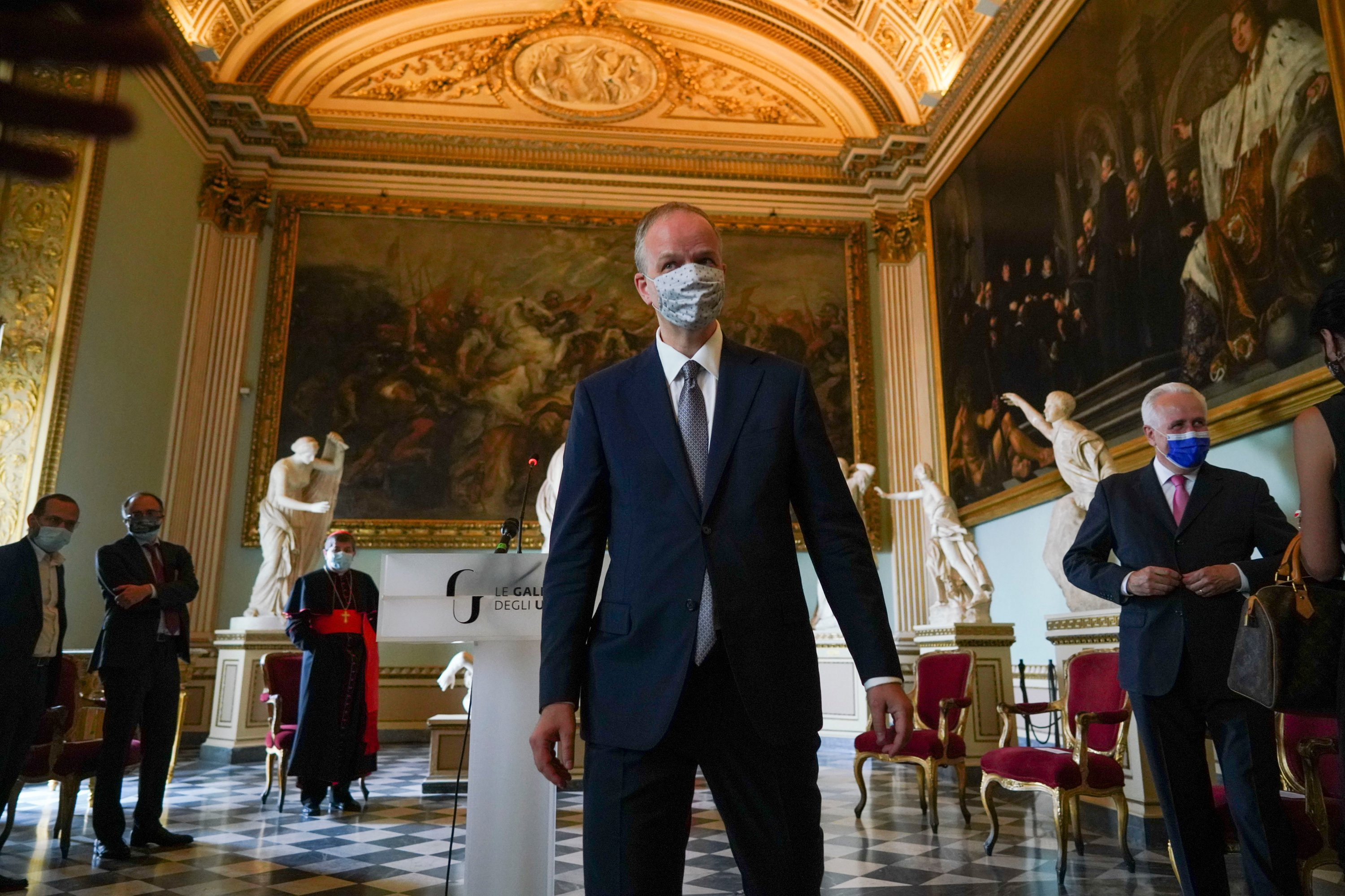 Uffizi Gallery museum director Eike Schmidt wears a face mask to prevent the spread of COVID-19 as he poses for photographers on the reopening day of the museum, in Florence, Wednesday, June 3, 2020. (AP PHOTO)