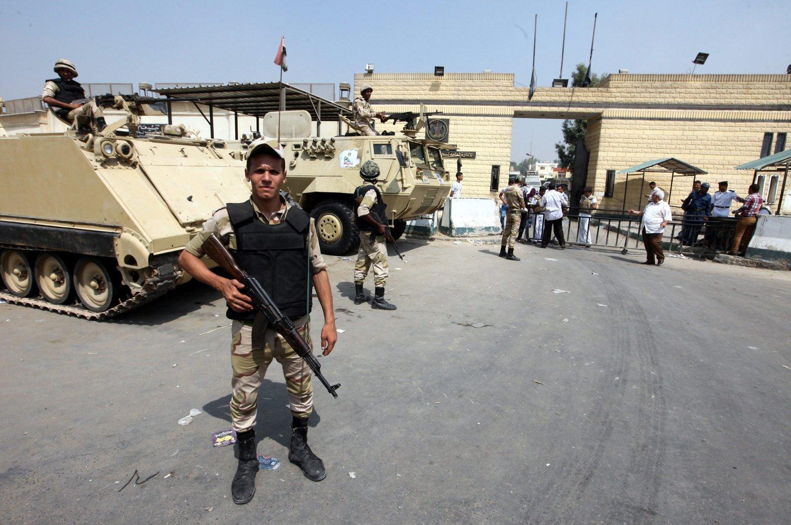 Egyptian soldiers guard the Torah prison, Cairo, Aug. 22, 2013. (EPA Photo)