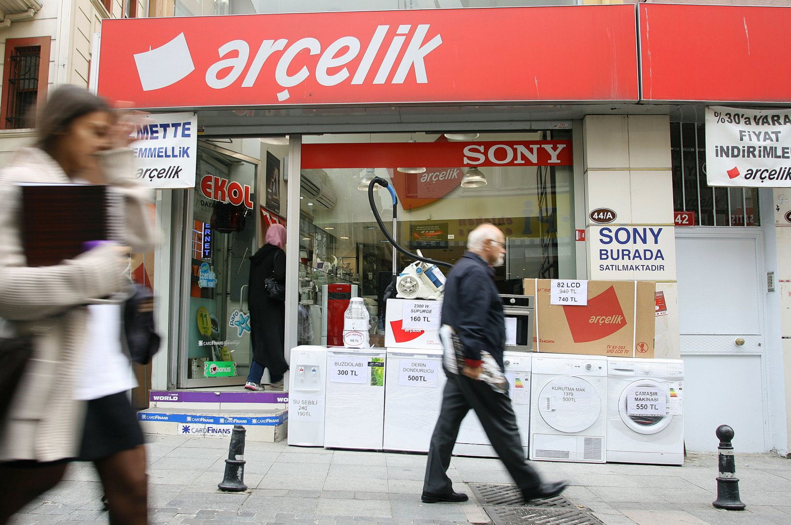 People walk past an Arçelik dealer selling washing machines and refrigerators in Istanbul, Oct. 12, 2011. (Reuters Photo)