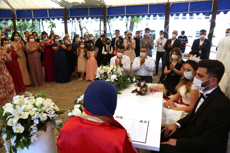 Bride Pelsin Akkoyun and groom Nizamettin Bingöl, wearing protective face masks, are pictured during their civil wedding ceremony in Diyarbakır, Turkey, July 2, 2020.  (REUTERS Photo)