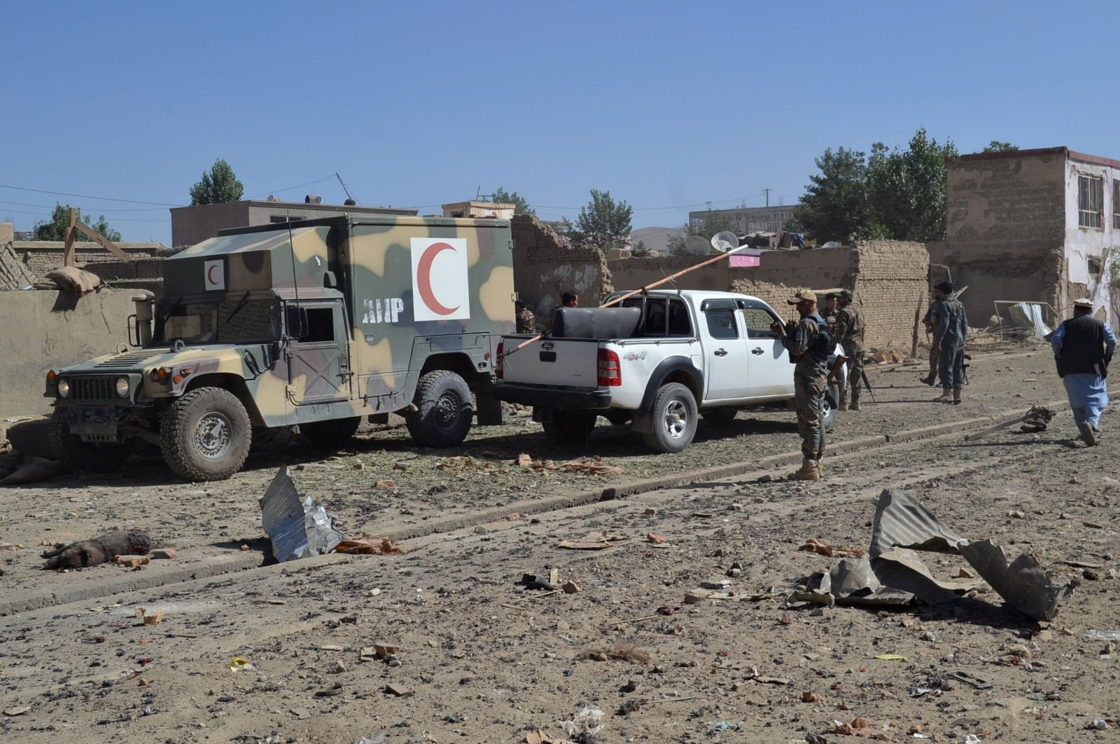 Afghan security personnel arrive at the site of a car bomb attack, Ghazni, July 7, 2019. (AFP Photo)