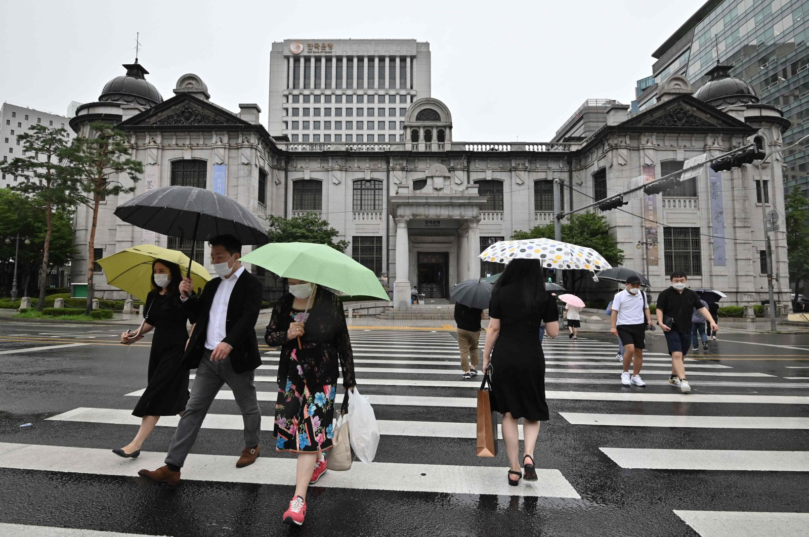 Pedestrians cross the road in front of the Bank of Korea in Seoul, South Korea, July 23, 2020. (AFP Photo)