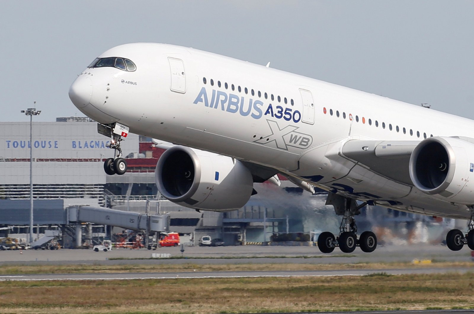 An Airbus A350 takes off at the aircraft builder's headquarters in Colomiers near Toulouse, France, Sept. 27, 2019. (Reuters Photo)