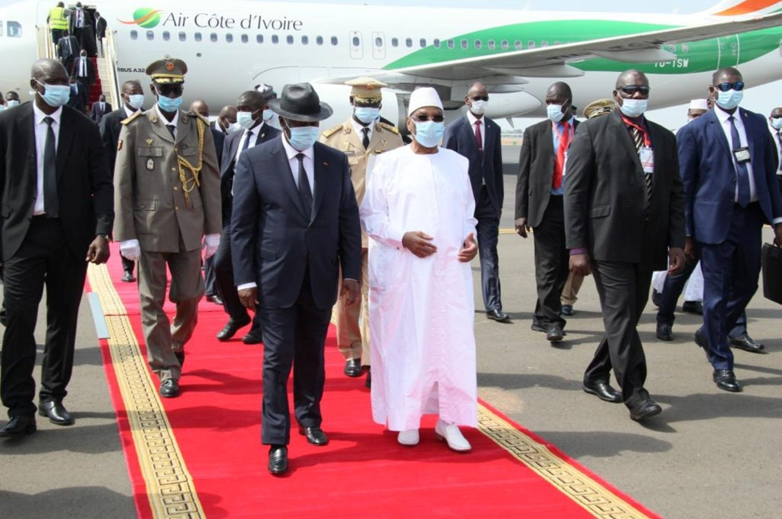 Mali's President Ibrahim Boubacar Keita walks with his Ivory Coast counterpart Alassane Ouattara upon his arrival, Bamako, July 23, 2020. (REUTERS Photo)