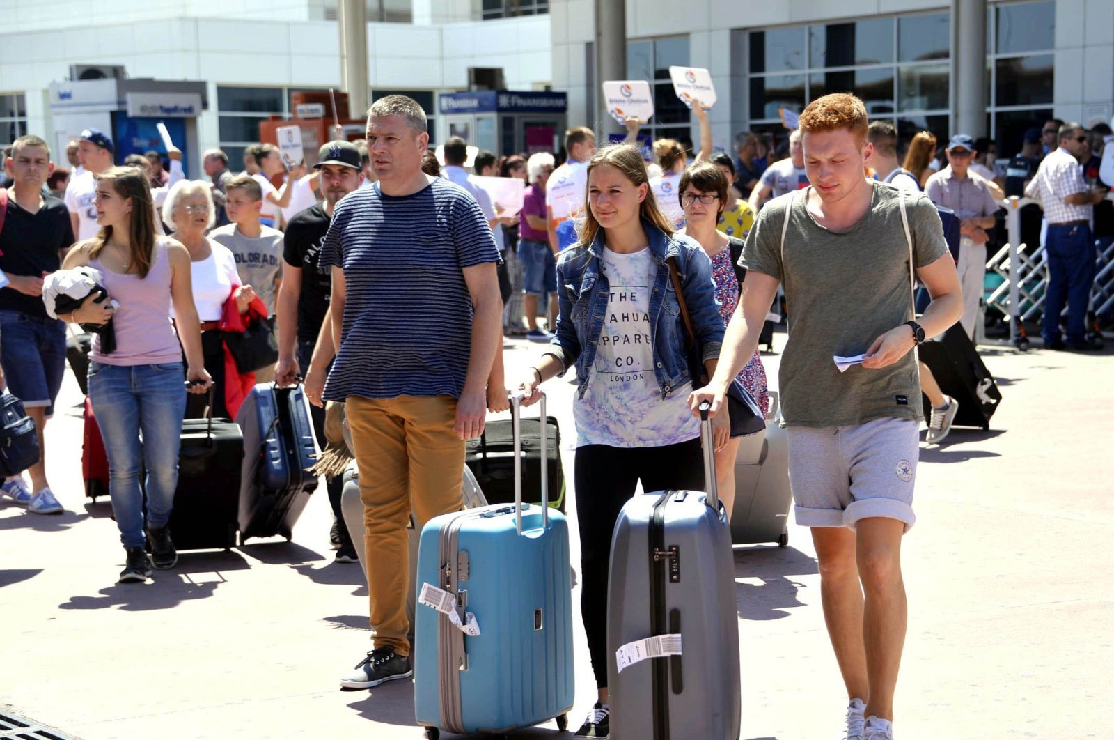 This file photo show Russian tourists arriving in Turkey's popular holiday destination Antalya, in April 2017. (DHA Photo)