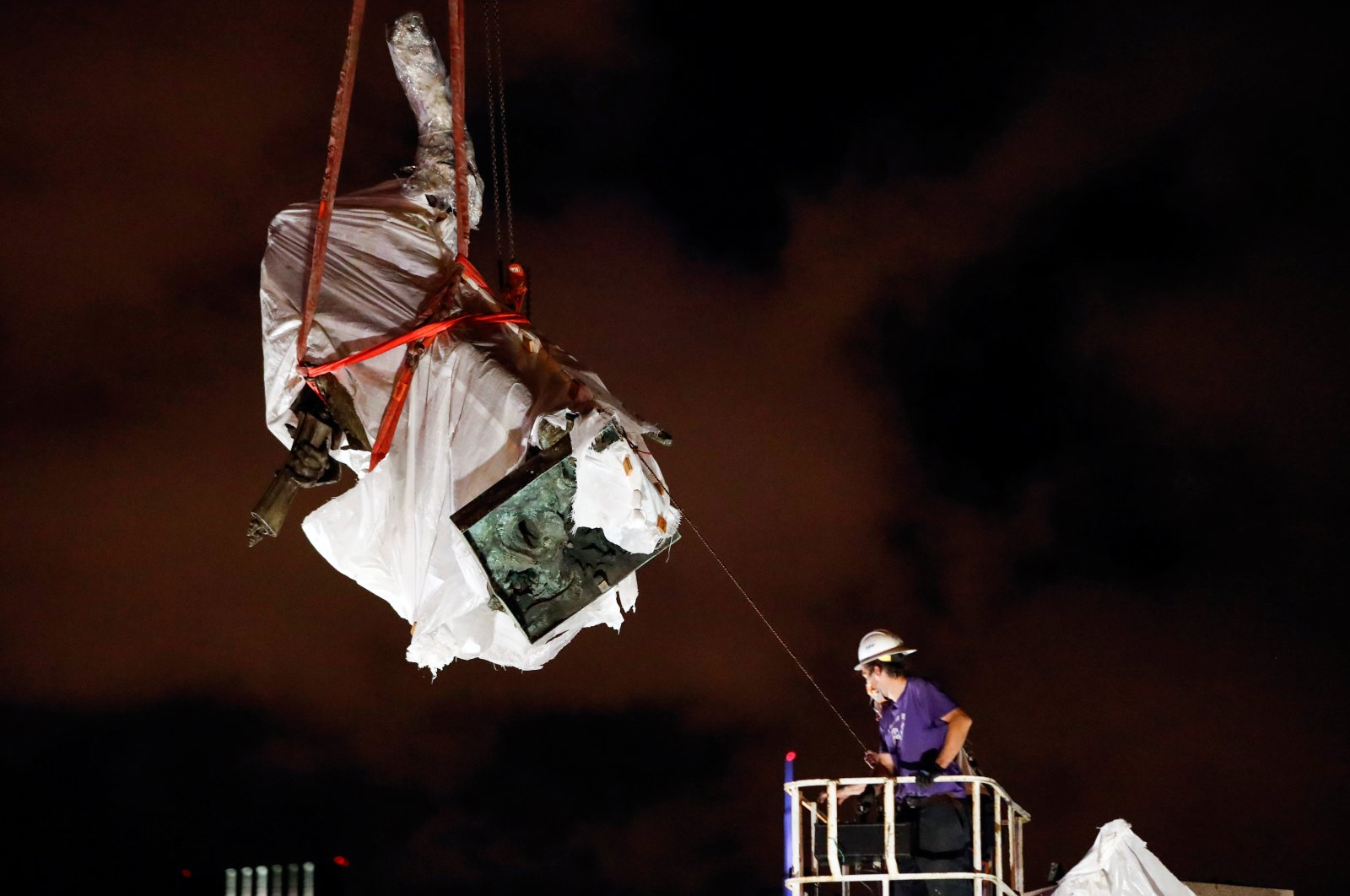 Christopher Columbus statue is being removed from the Grant Park in Chicago, Illinois, US, July 24, 2020. (Reuters Photo)