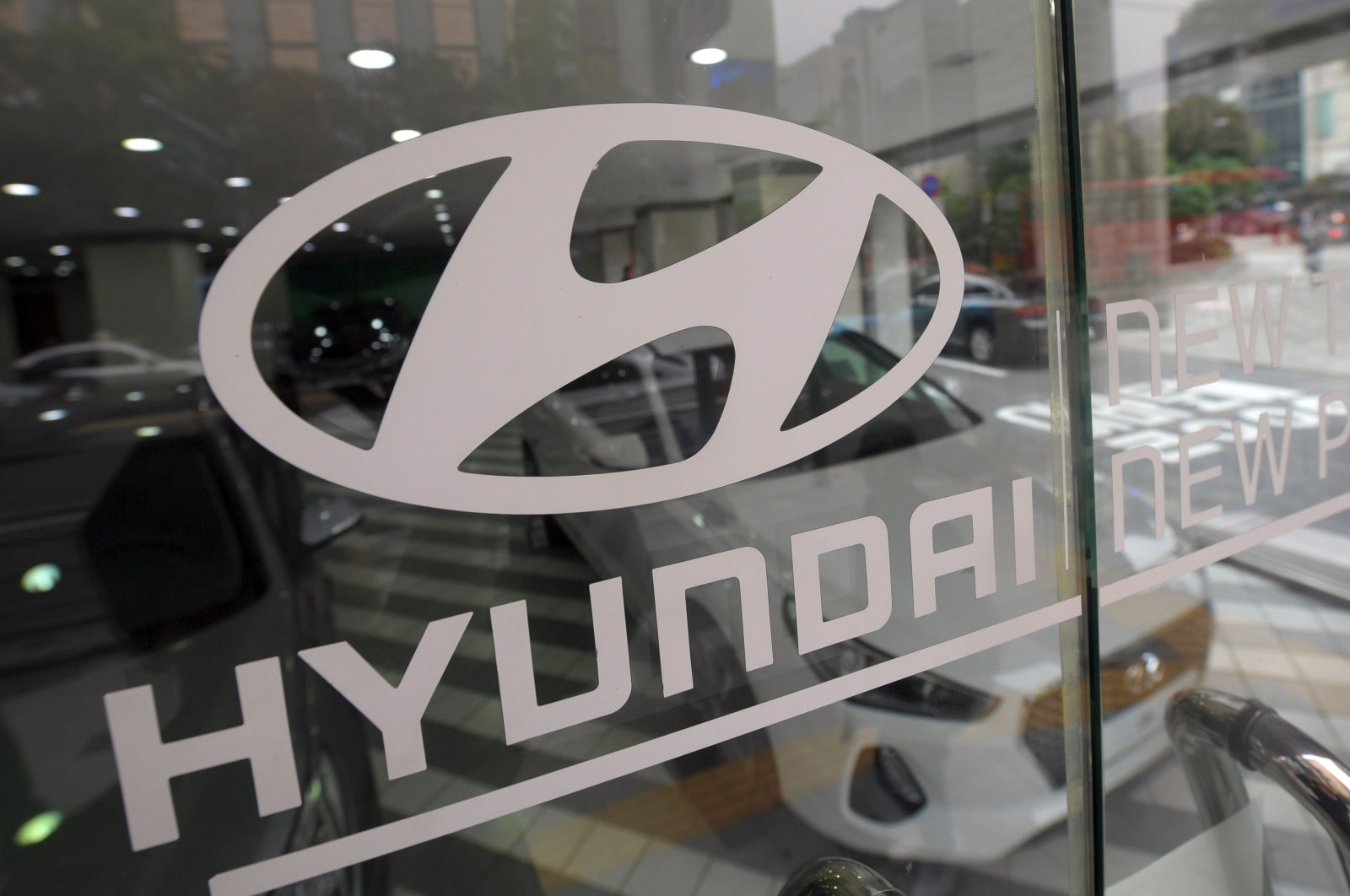 This Oct. 26, 2016 file photo shows the logo of Hyundai Motor on a glass door at a dealership in Seoul. (AFP Photo)