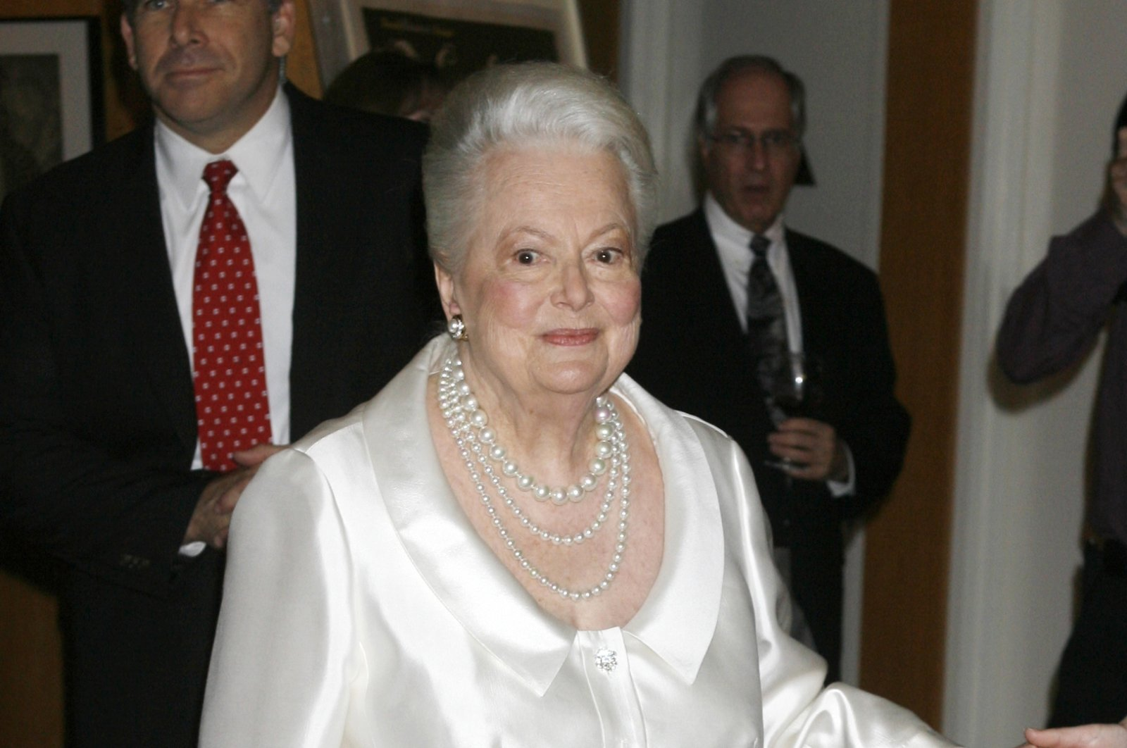"""Actress Olivia de Havilland, two-time Academy Award winner, arrives for the """"Academy Tribute to Olivia de Havilland"""" at the Academy of Motion Picture Arts & Sciences, Beverly Hills, California, U.S., June 15, 2006. (Reuters File Photo)"""