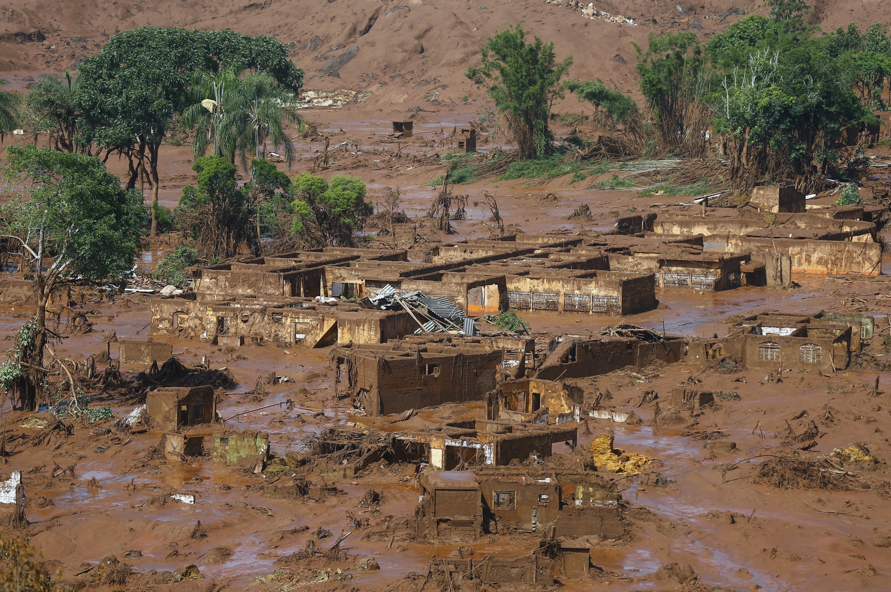 The Bento Rodrigues district is pictured covered with mud after a dam owned by Vale SA and BHP Billiton Ltd. burst in Mariana, Brazil, Nov. 6, 2015. (REUTERS Photo)