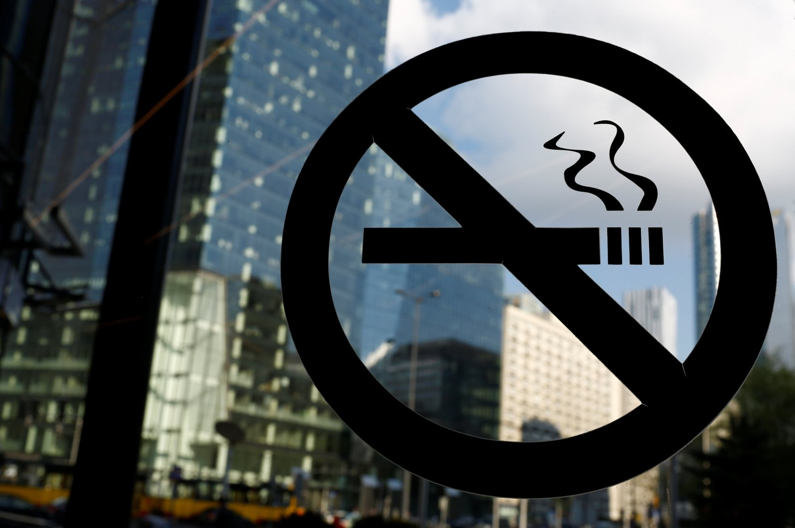 """A """"no smoking"""" sign is seen on the window of an office building in the center of Warsaw, Poland, May 12, 2017. (REUTERS Photo)"""
