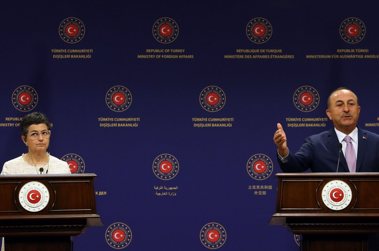 Turkish Foreign Minister Mevlüt Çavuşoğlu (R) and Spanish Foreign Affairs and European Union and Cooperation Minister Arancha Gonzalez Laya (L) hold a joint press conference following their meeting at the Turkish Foreign Ministry in Ankara on July 27, 2020. (AFP Photo)