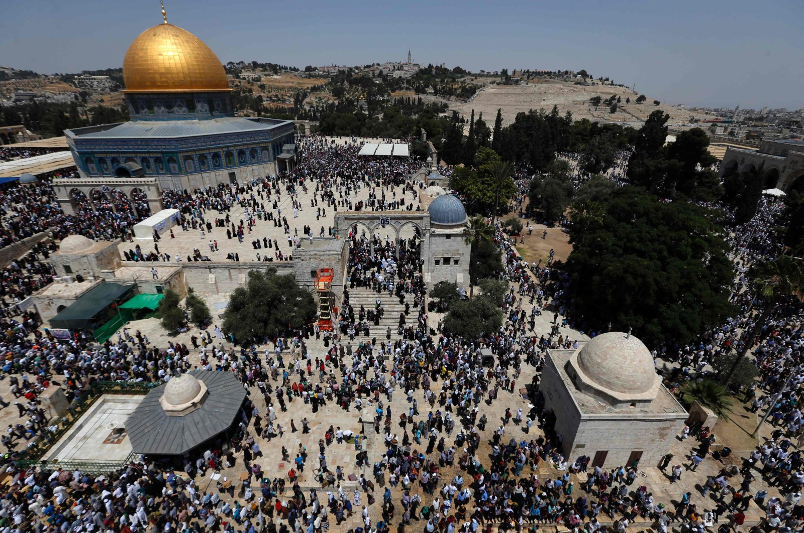 Palestinian Muslim worshippers attend the second Friday prayers of the Muslim holy month of Ramadan at Jerusalem's Al-Aqsa mosque compound on June 9, 2017. (AFP Photo)