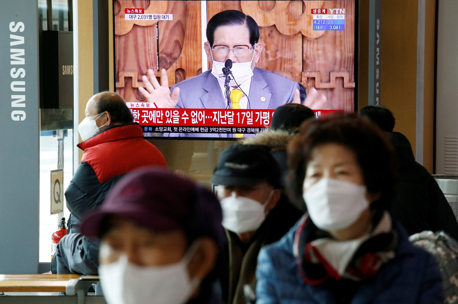 People watch a TV broadcasting a report on a news conference held by Lee Man-hee, founder of the Shincheonji Church of Jesus the Temple of the Tabernacle of the Testimony, Seoul, March 2, 2020. (REUTERS Photo)