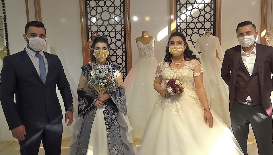 Two Turkish brides wear gilded face masks alongside their grooms in the southeastern city of Kahramanmaraş, Turkey, Aug. 1, 2020. (IHA Photo)