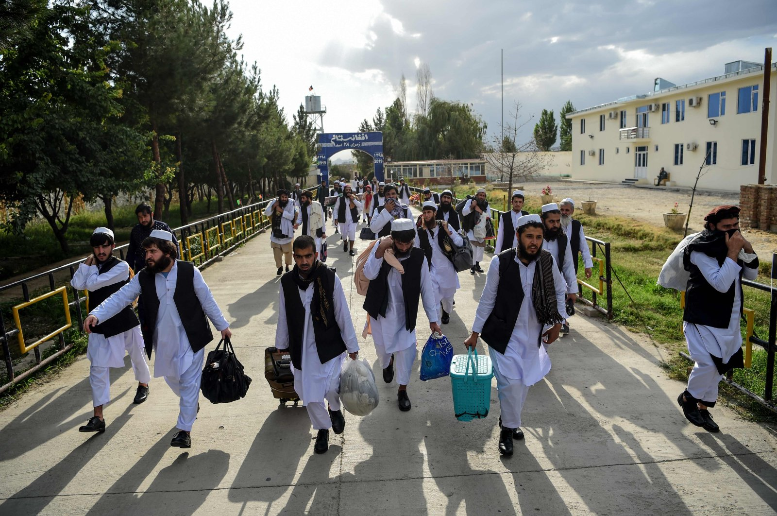 Taliban prisoners walk as they are in the process of being potentially released from Pul-e-Charkhi prison, on the outskirts of Kabul on July 31, 2020. (AFP Photo)